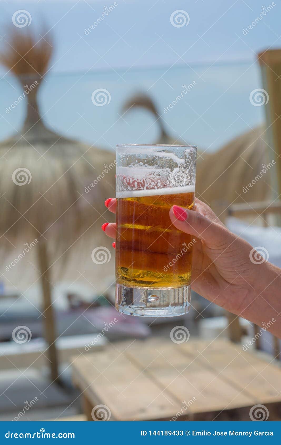 Bière froide en été à la plage