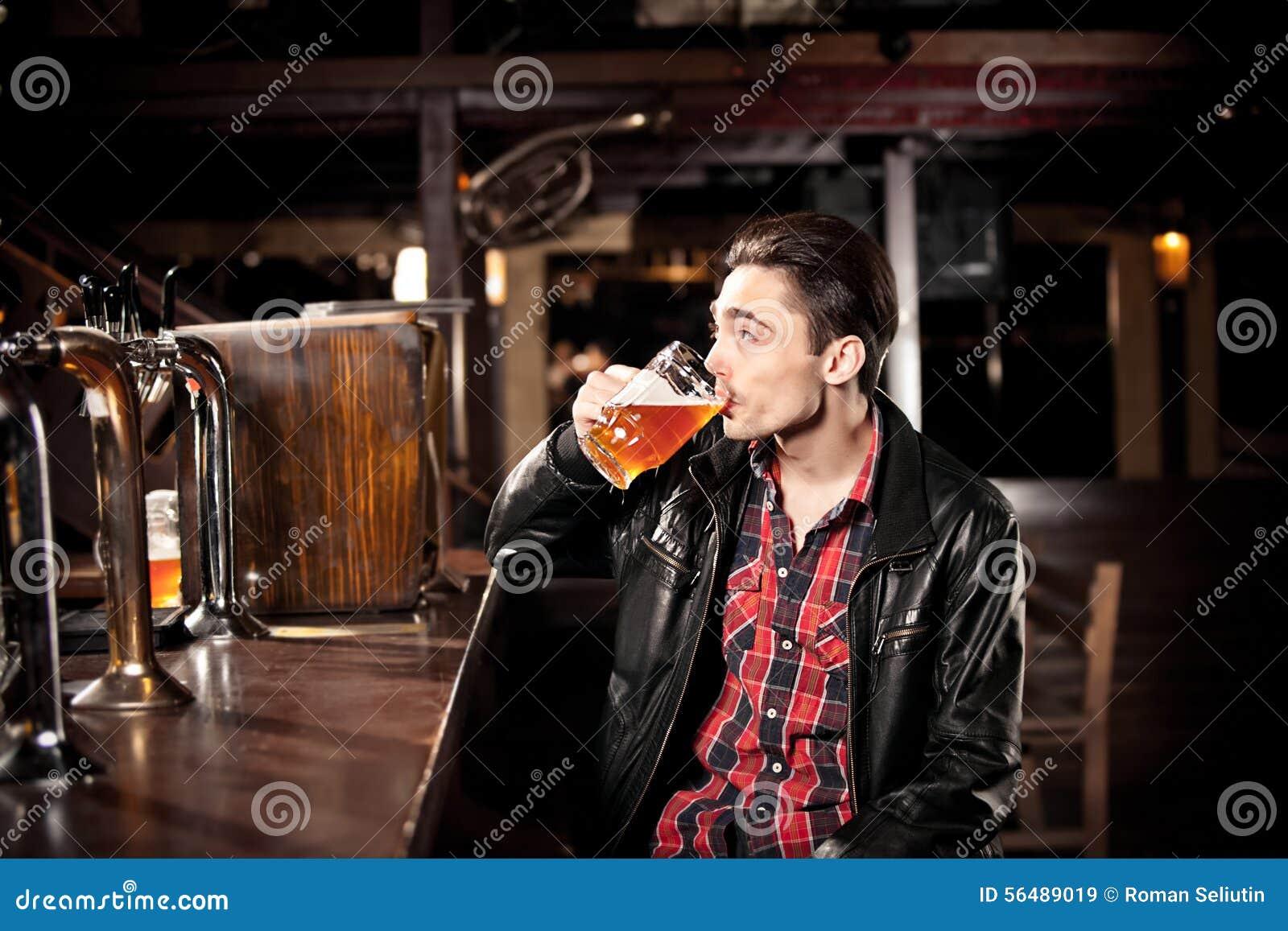 Bière potable d homme dans le bar