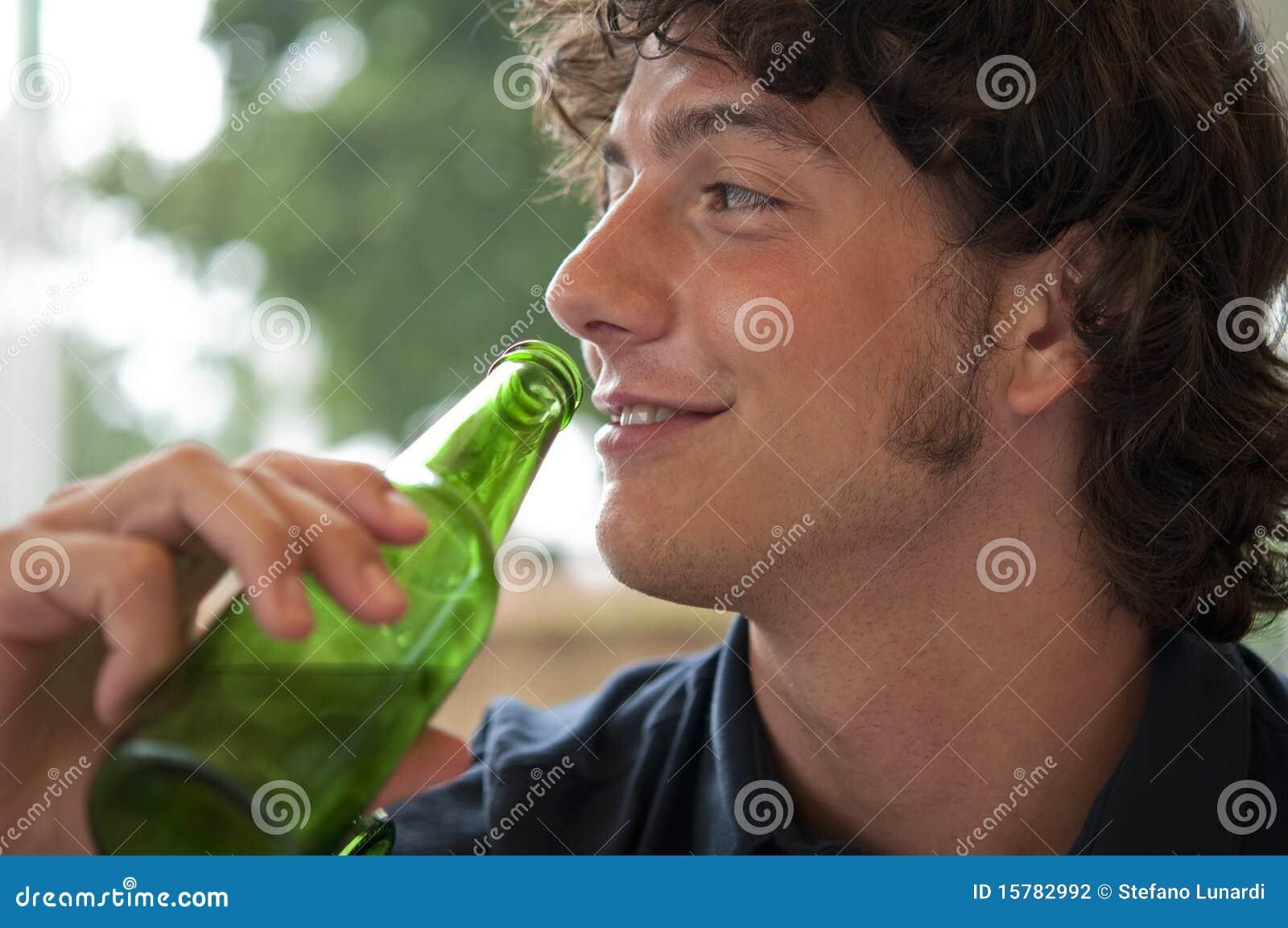 Bière potable de jeune homme