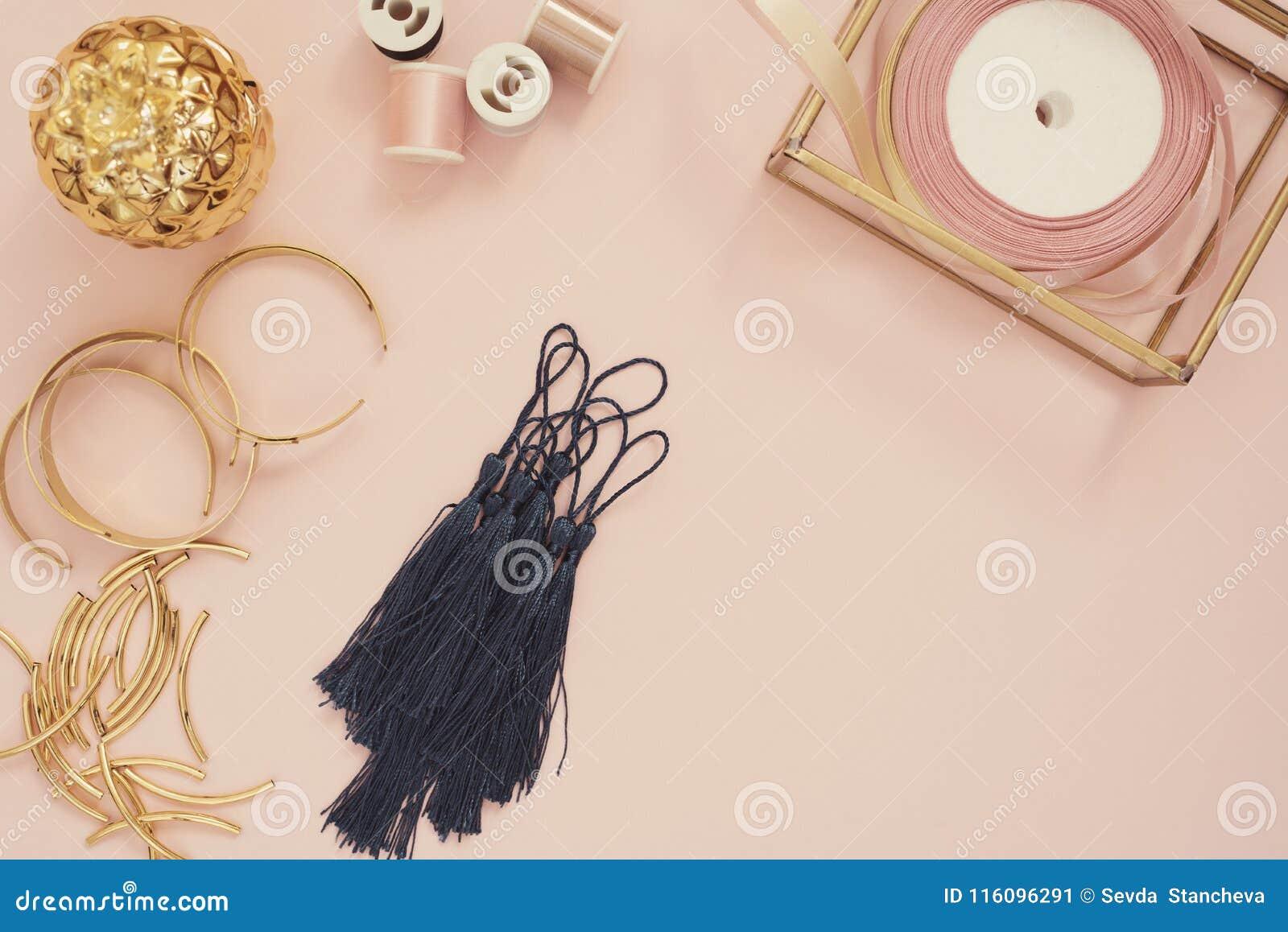 Biżuteria projektanta miejsce pracy Handmade, rzemiosła pojęcie Materiały dla robić biżuterii? złoci nożyce, faborki, złociste tu