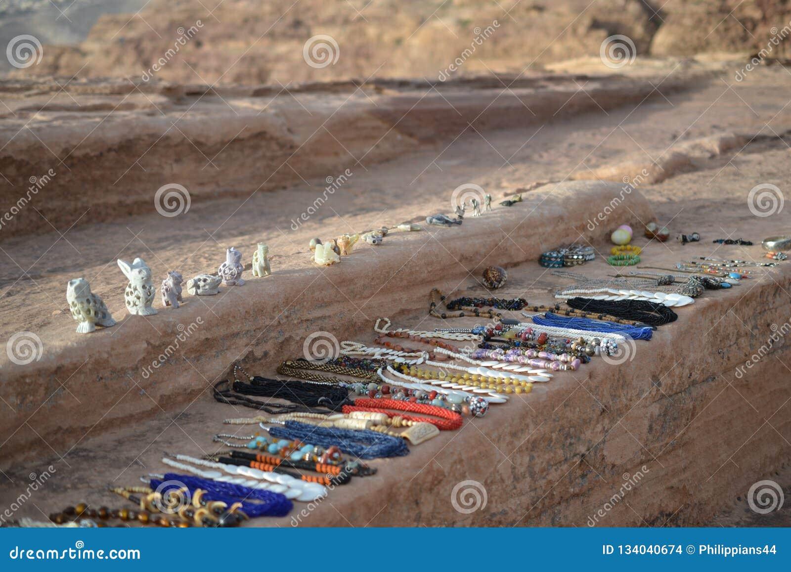 Biżuteria sprzedawał bedouins w Petra, Jordania - antyczny Nabatean miasto w czerwonej naturalnej skale z lokalnymi bedouins i