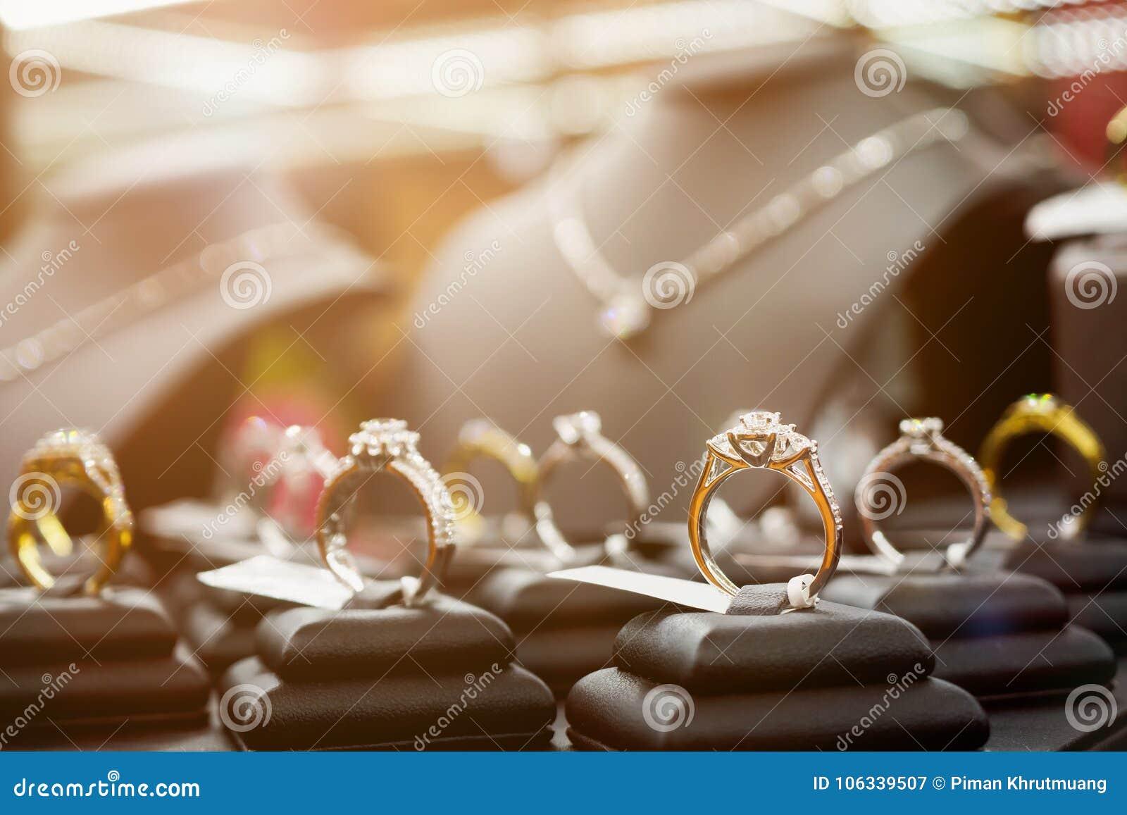 Biżuterii kolie i pokazują w luksusowym sklepie detalicznym