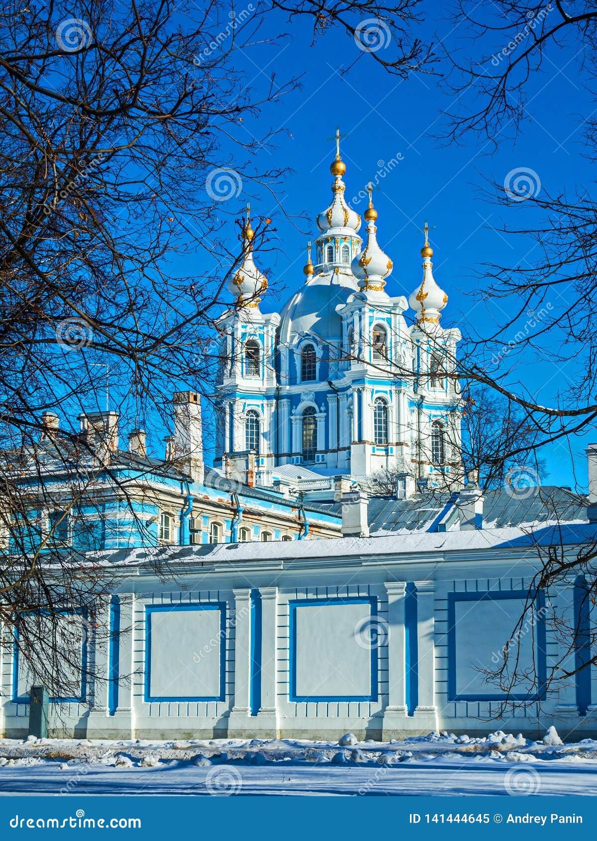 Biała barok koronka na błękitnych fasadach Rastrelli