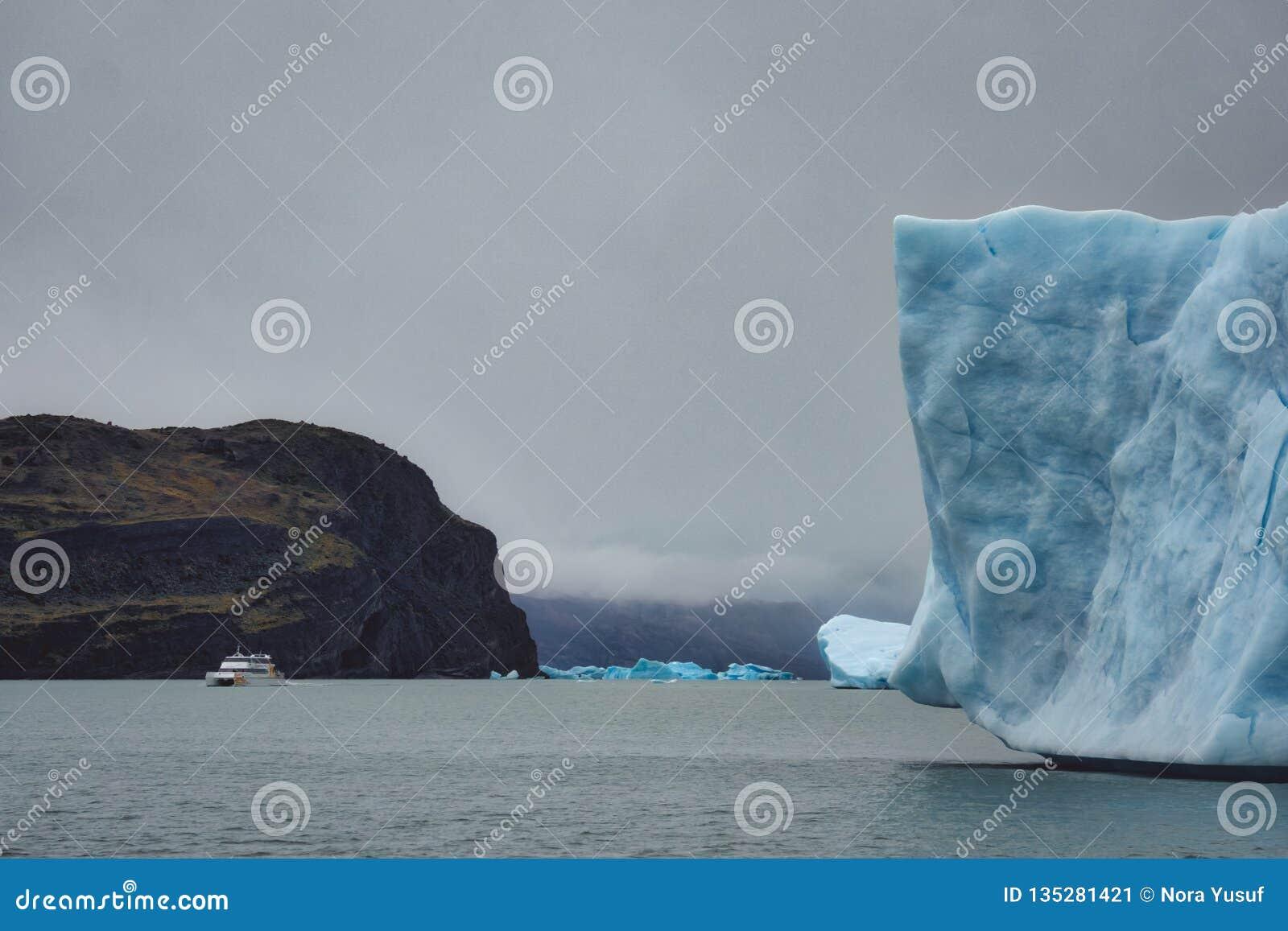 Biała łódź w odległości w Patagonia