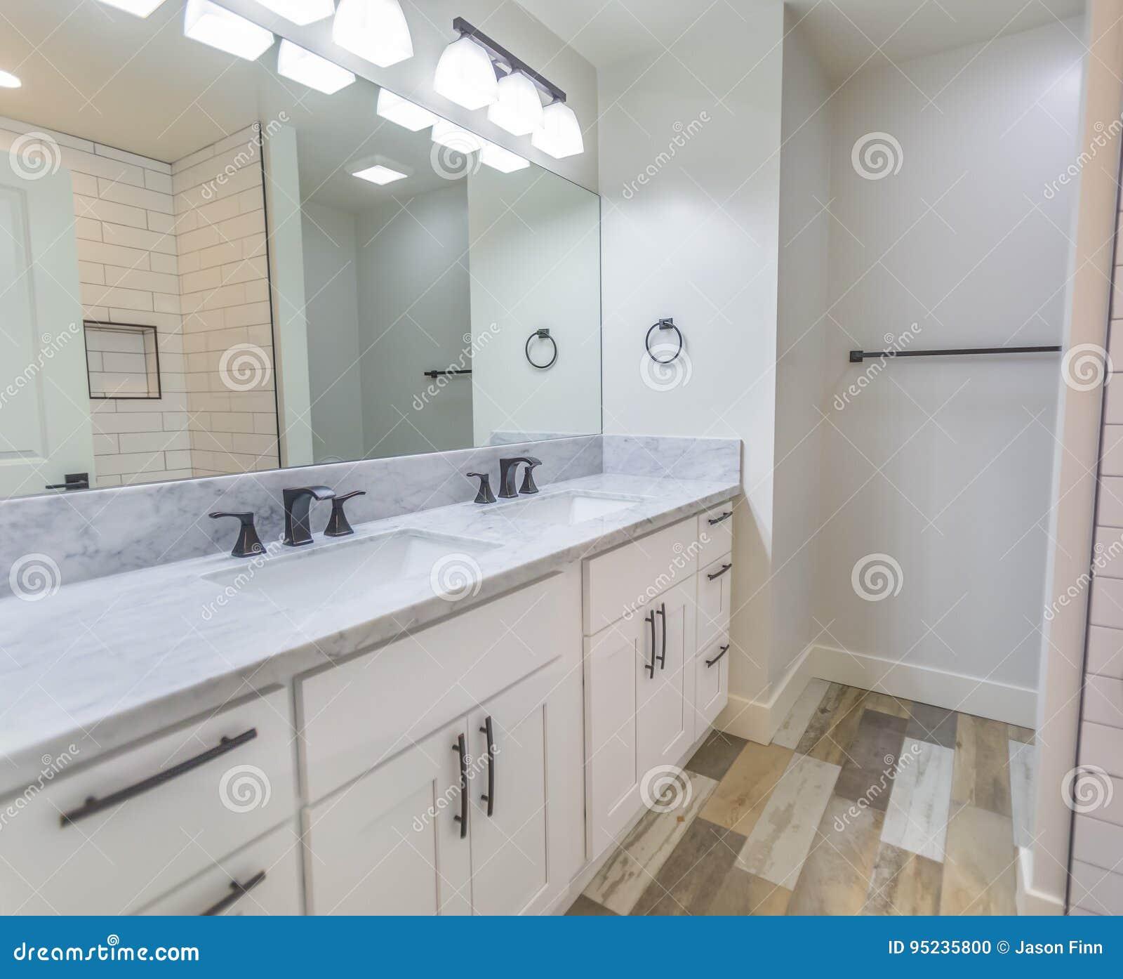 Biała łazienka Z Drewnianą Podłoga I Podwójny Zlew W San