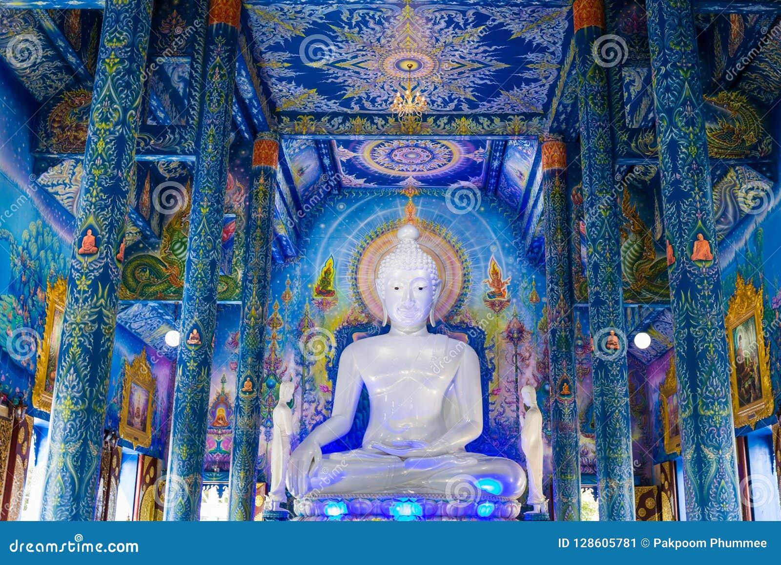 Biała Buddha statua w Wata Rong Sua Dziesięć świątyni z niebieskiego nieba tłem, Chiang Raja prowincja, Tajlandia