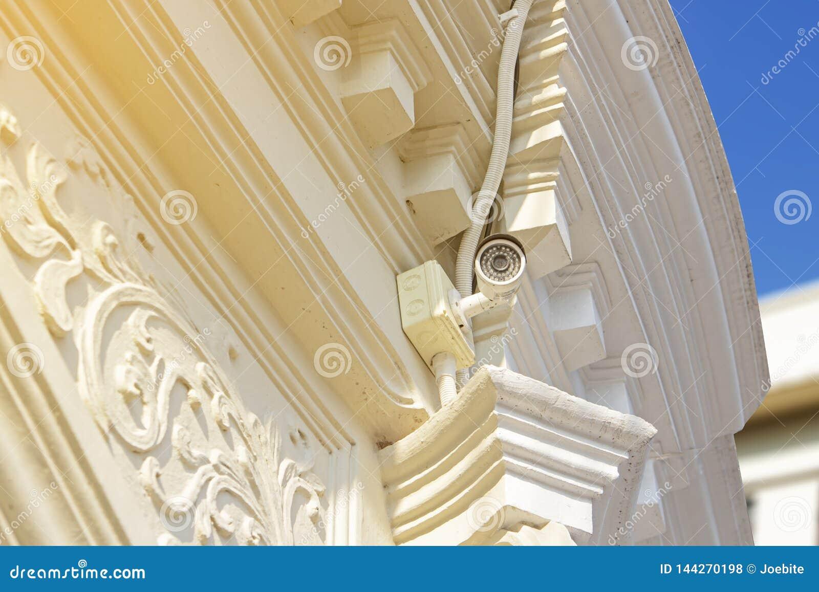 Biała CCTV kamera bezpieczeństwa na portugalczyk architektury budynku, telewizji przemysłowej dokumentacyjna aktywność zaludnia w