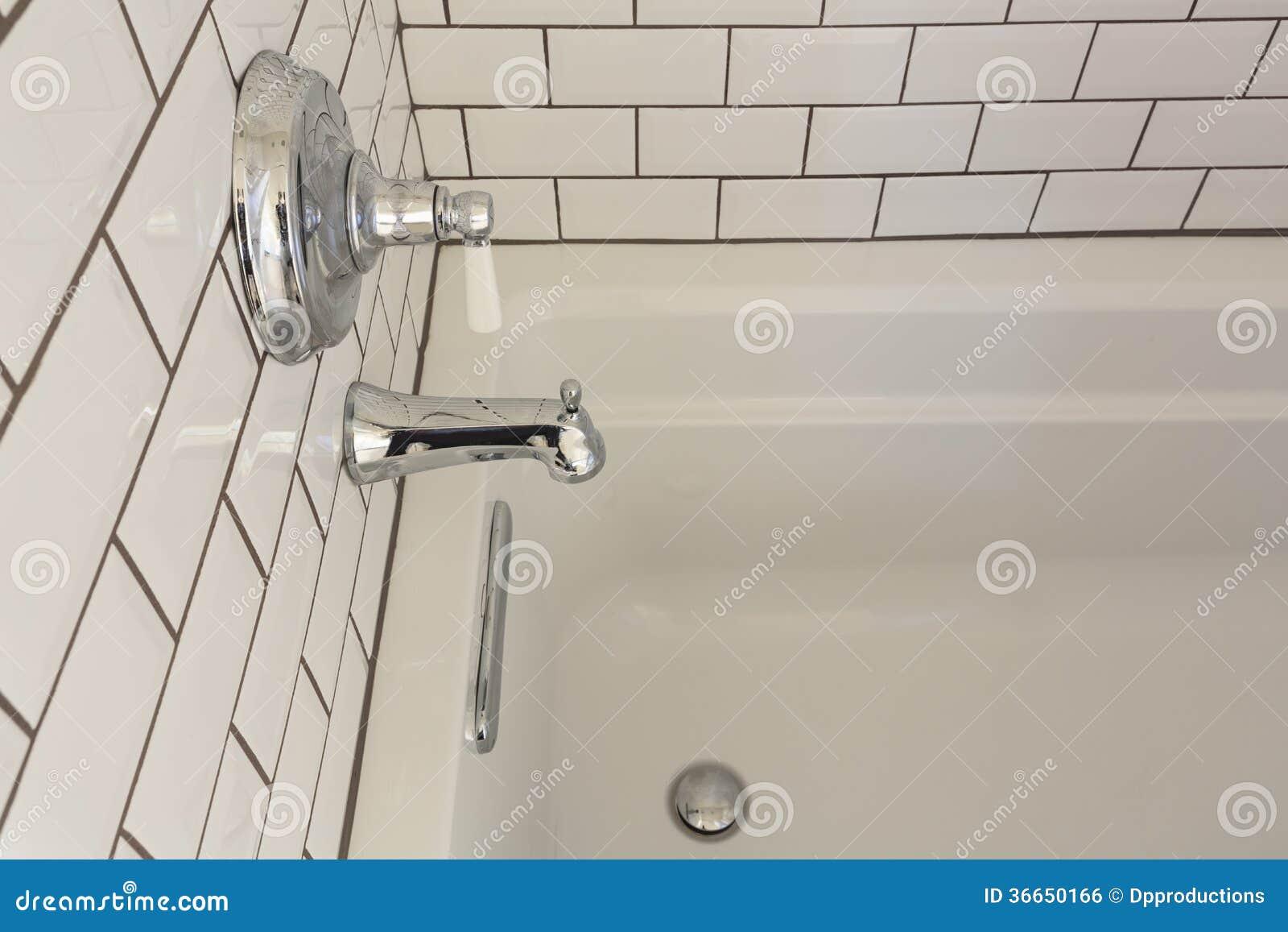 Biała ekskluzywna wanna w Mistrzowskiej łazience