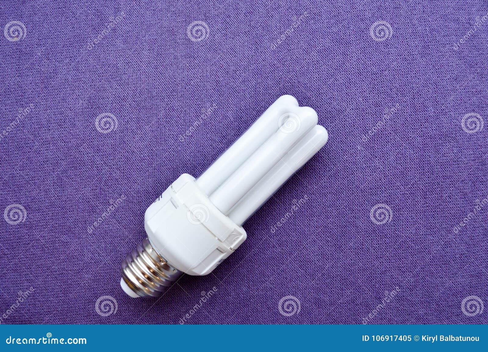 Biała energooszczędna fluorescencyjna żarówka z cztery tubkami z srebną nakrętką,