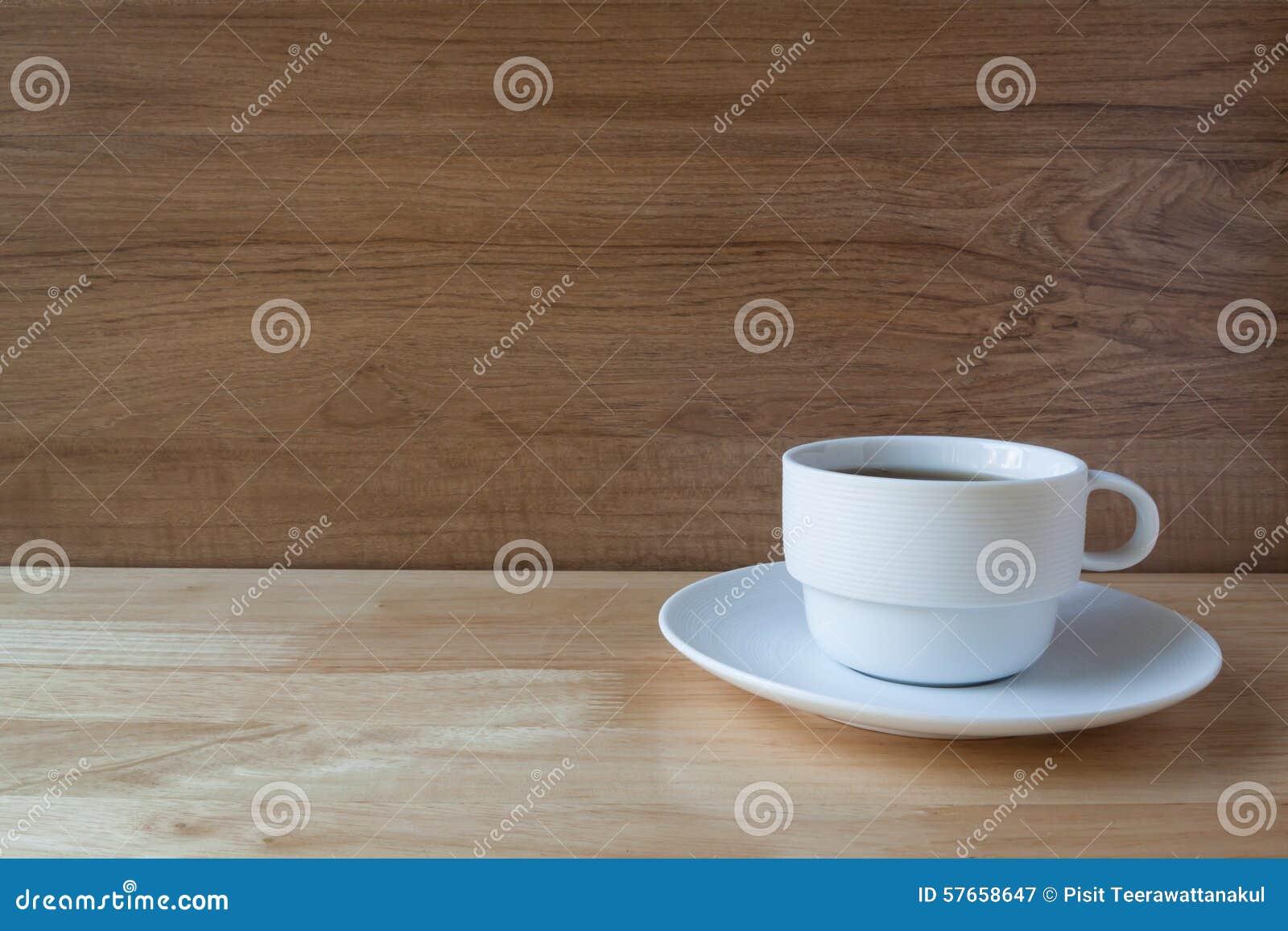 Biała filiżanka angielskiego śniadania herbata na drewnianym tle