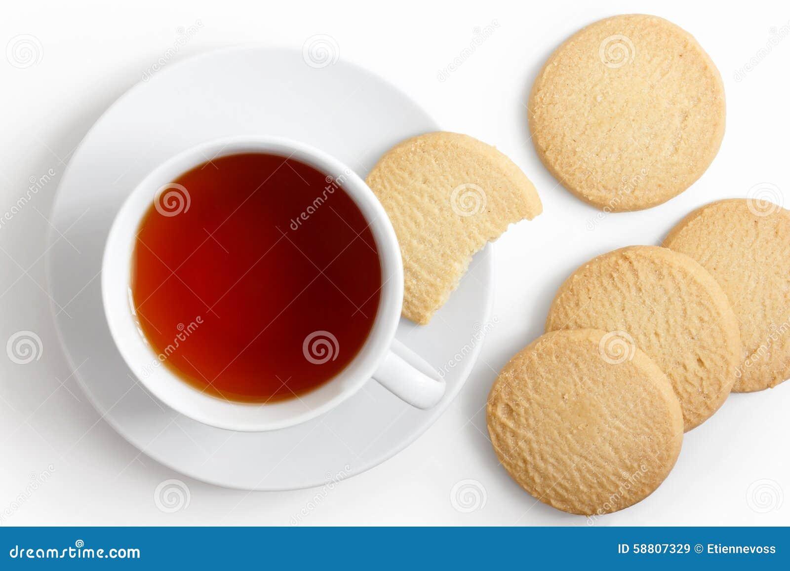 Biała filiżanka herbata i spodeczek z shortbread ciastkami od above