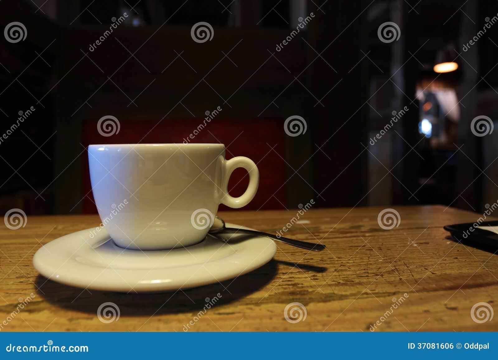 Download Biała Filiżanka W Ciemnej Kawiarni Zdjęcie Stock - Obraz złożonej z jedzenie, smakosz: 37081606
