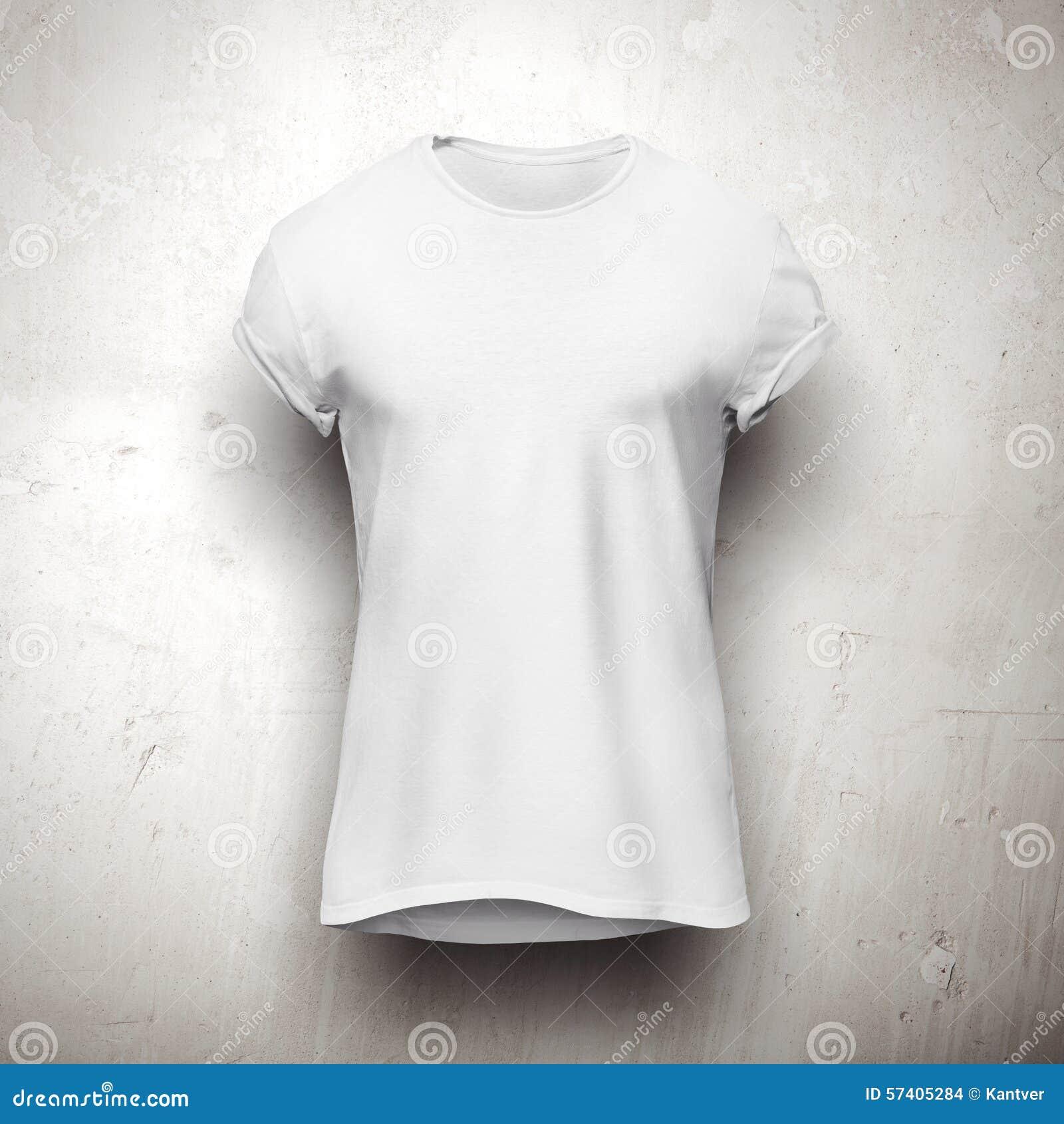 Biała koszulka odizolowywająca na popielatym tle