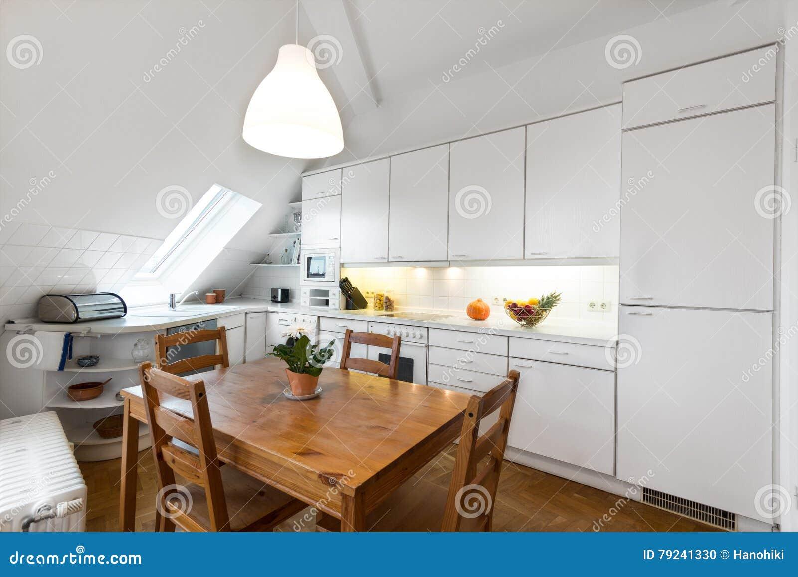 Biała Kuchnia Z Drewnianą Podłoga W Pięknym Domu Zdjęcie