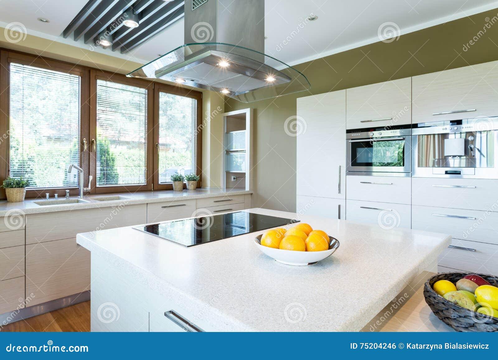 Biała Kuchnia Z Wyspa Pomysłem Zdjęcie Stock Obraz