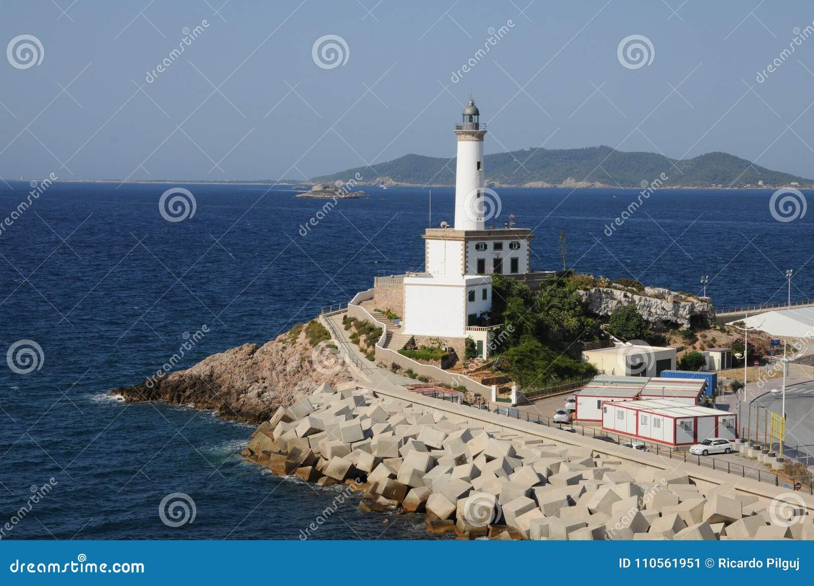 Biała latarnia morska Es Botafoc w Ibiza Balearic wyspach Soain
