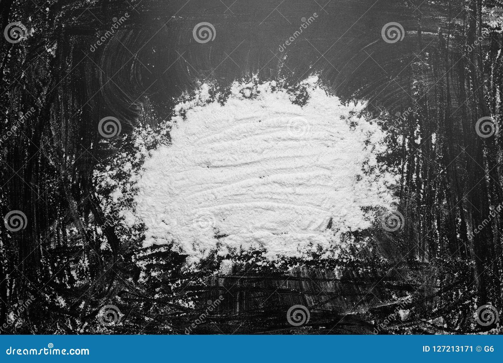 Biała mąka w środku na czarnych tło tekstury rysunkach z palcem