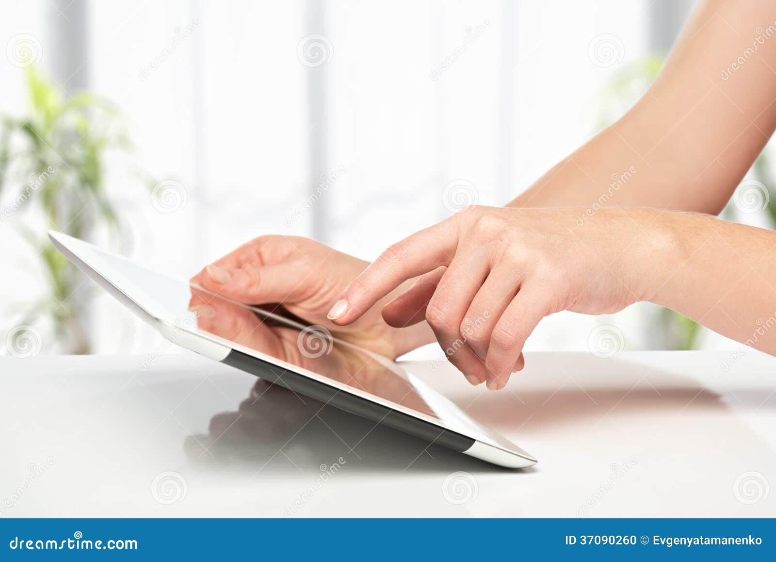 Download Biała Pastylka Z Pustym Ekranem W Rękach Na Stole Zdjęcie Stock - Obraz złożonej z mężczyzna, przyrząda: 37090260