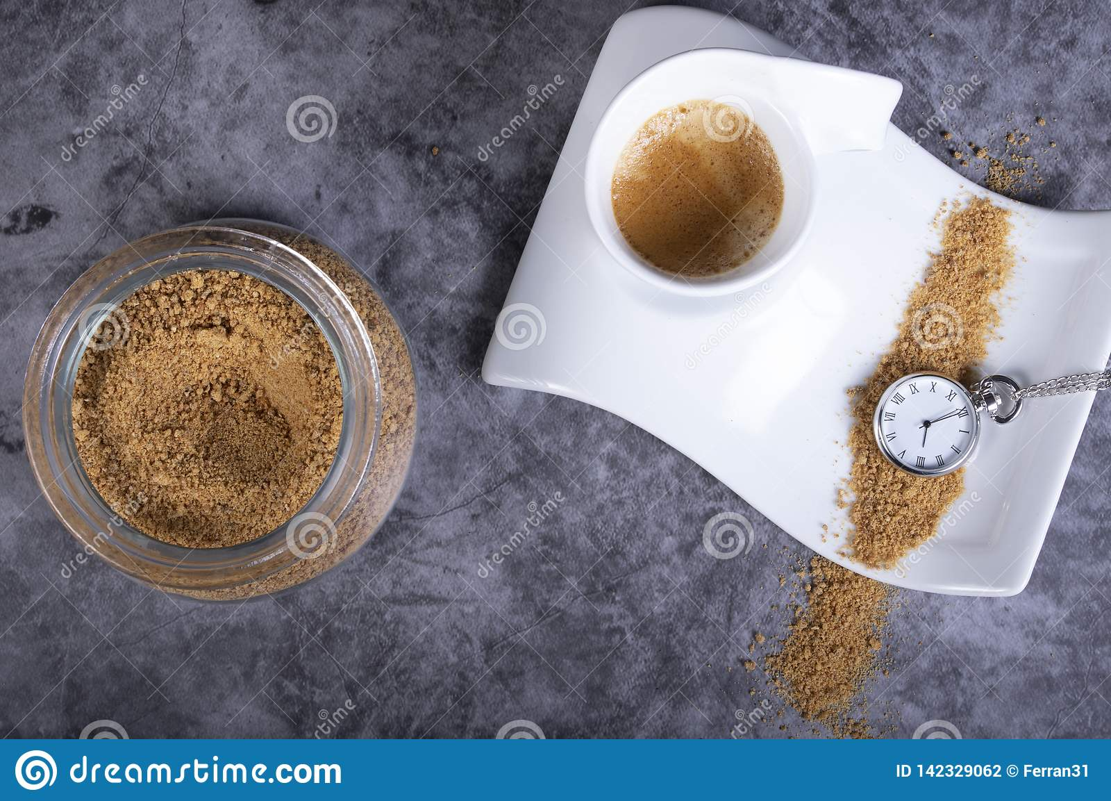 Biała porcelany filiżanka z brązu cukierem, cukierniczką i kieszeniowym zegarkiem który wskazuje, że ja jest czasem mieć gorącą k