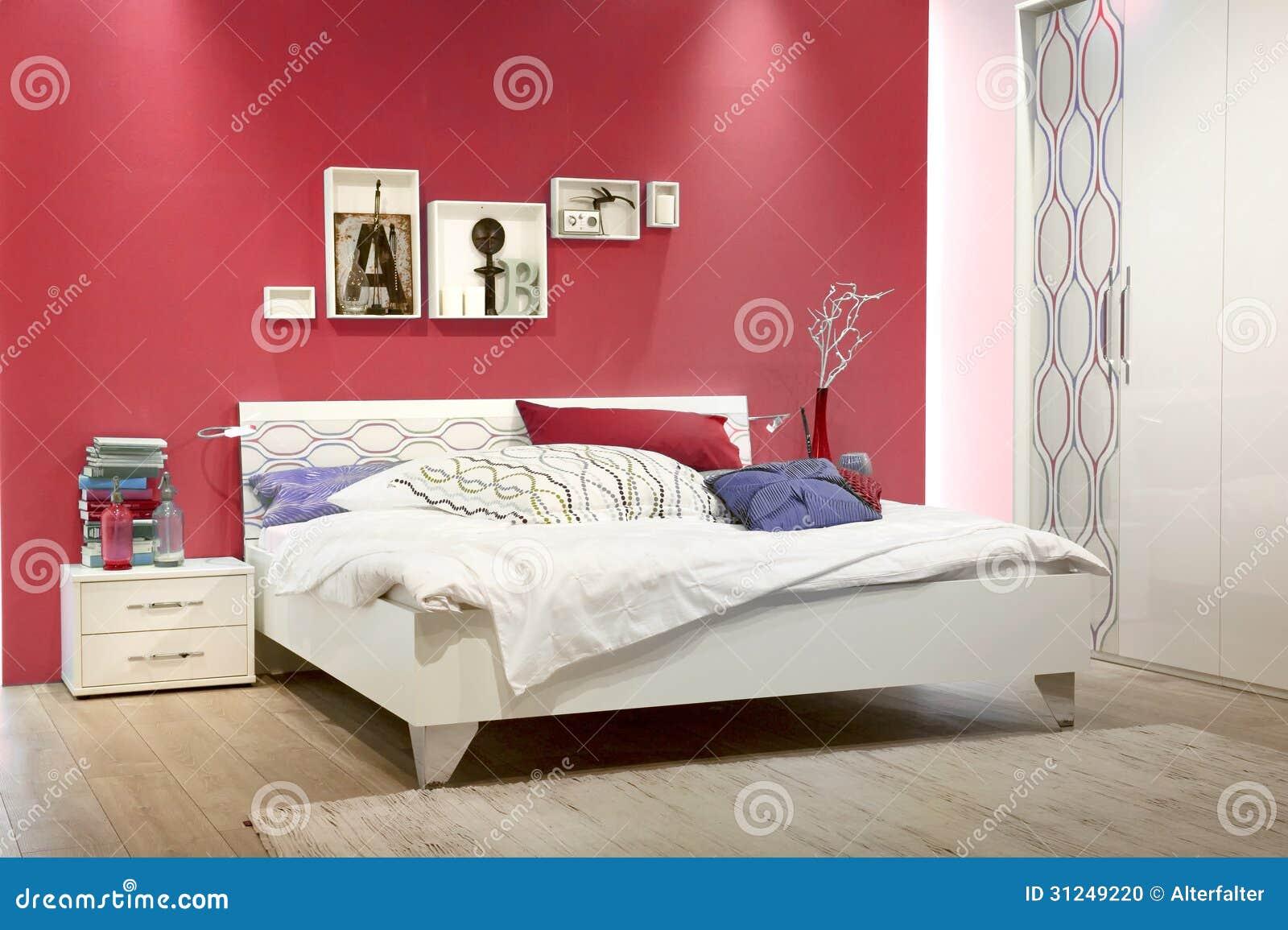 Biała Sypialnia Z Czerwieni ścianą Zdjęcie Stock Obraz