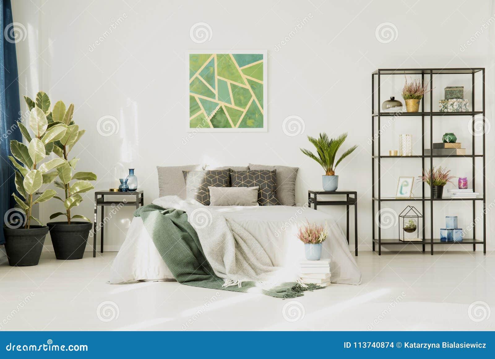 Biała Sypialnia Z Dużym łóżkiem Zdjęcie Stock Obraz