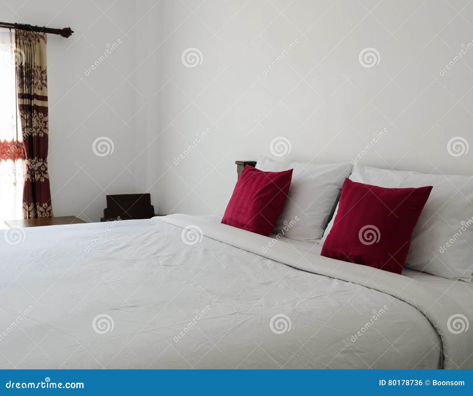 Biała Sypialnia Z Schludnym Białym łóżkiem Zdjęcie Stock