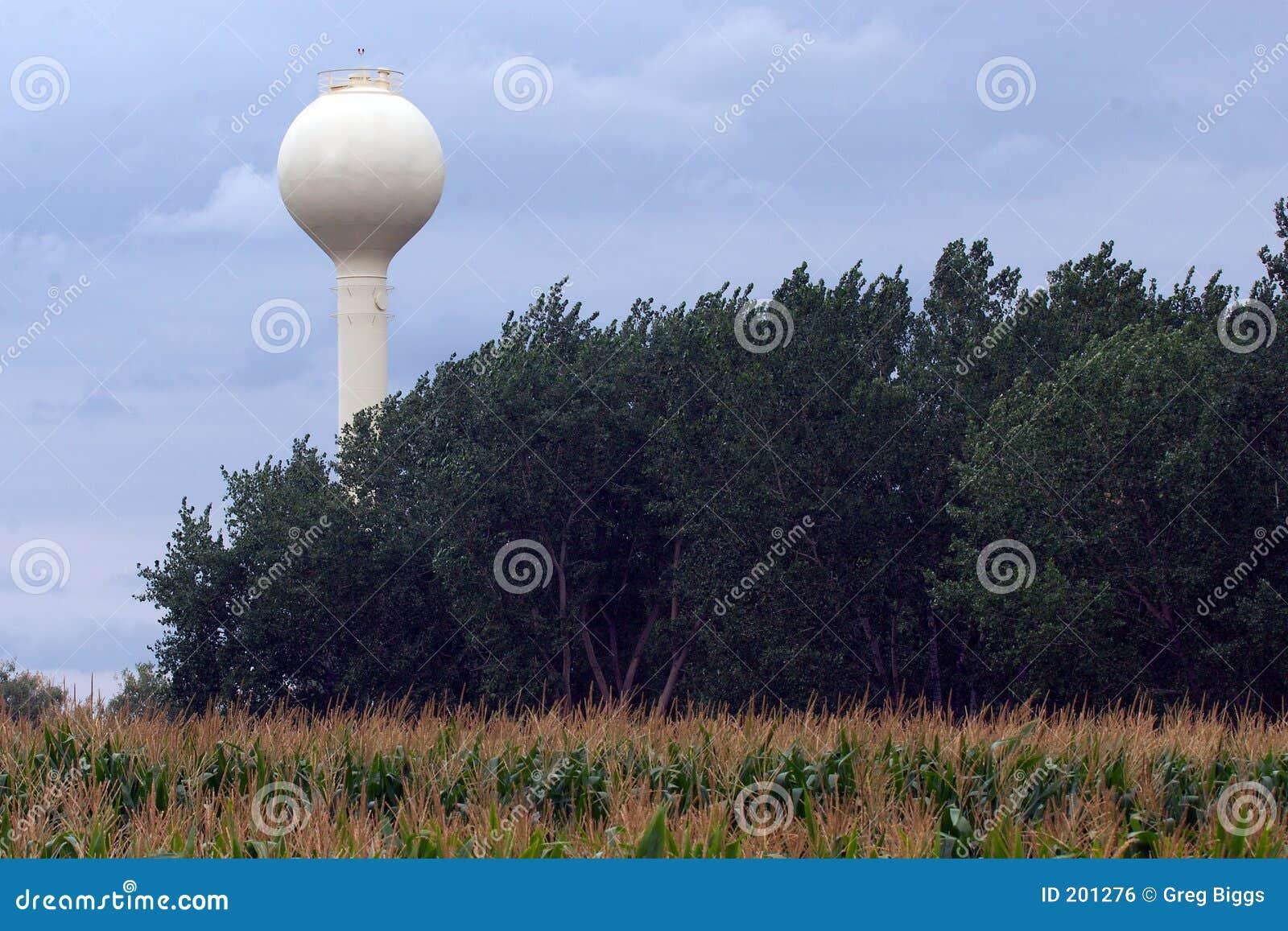 Biała wieża wodna