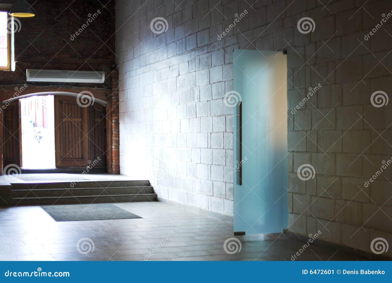Białe ściany światło mijania