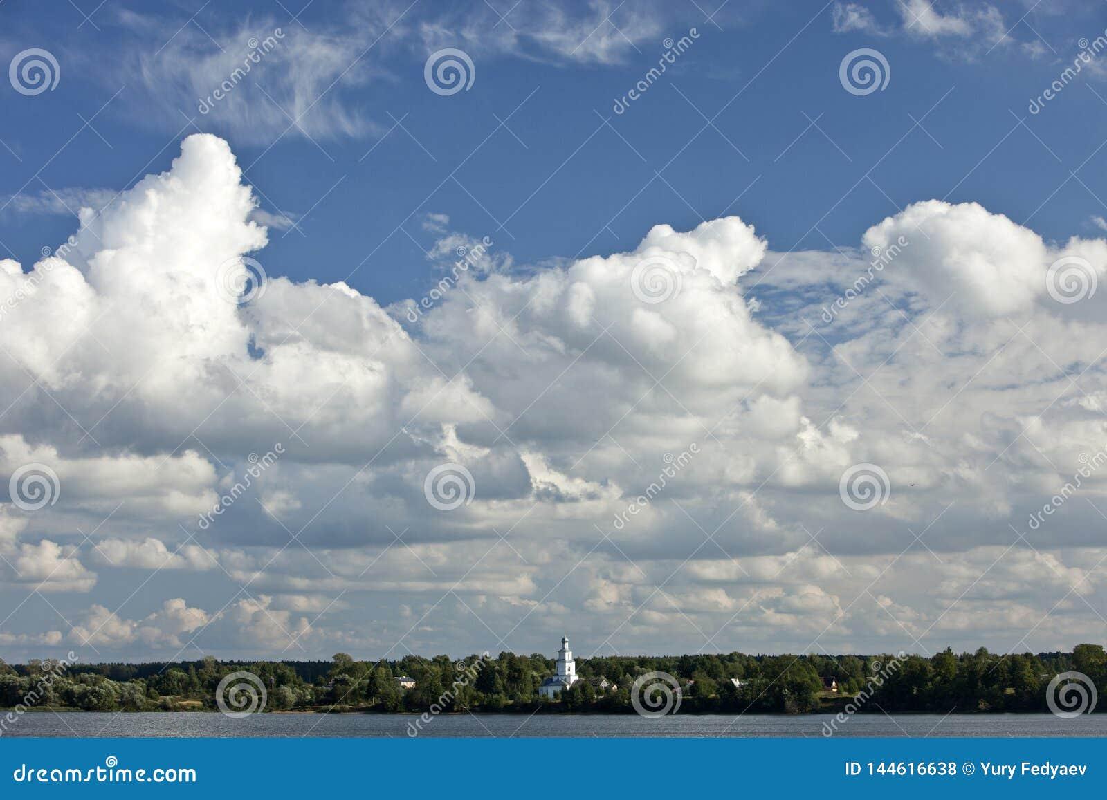 Białe cumulus chmury w niebieskim niebie dniem, naturalny tło, niebo, dzień, chmury, woda, jezioro, staw, drzewa, las, kościół,