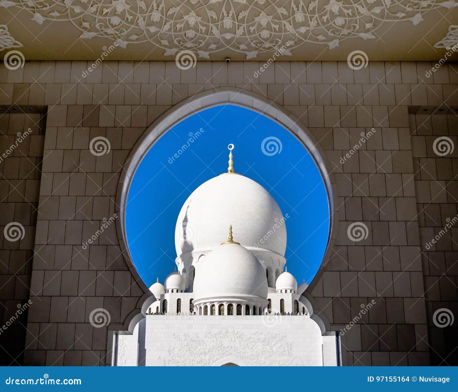 Białe kopuły Sheik Zayed Uroczysty meczet przez bramy