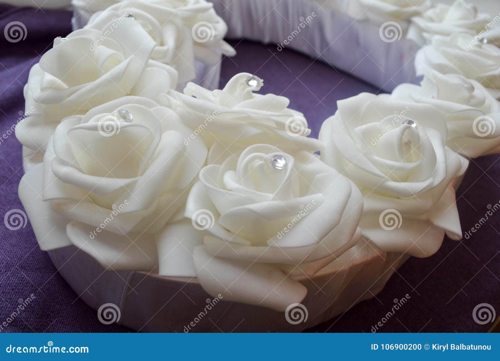 Białe róże z rhinestones i diamentami