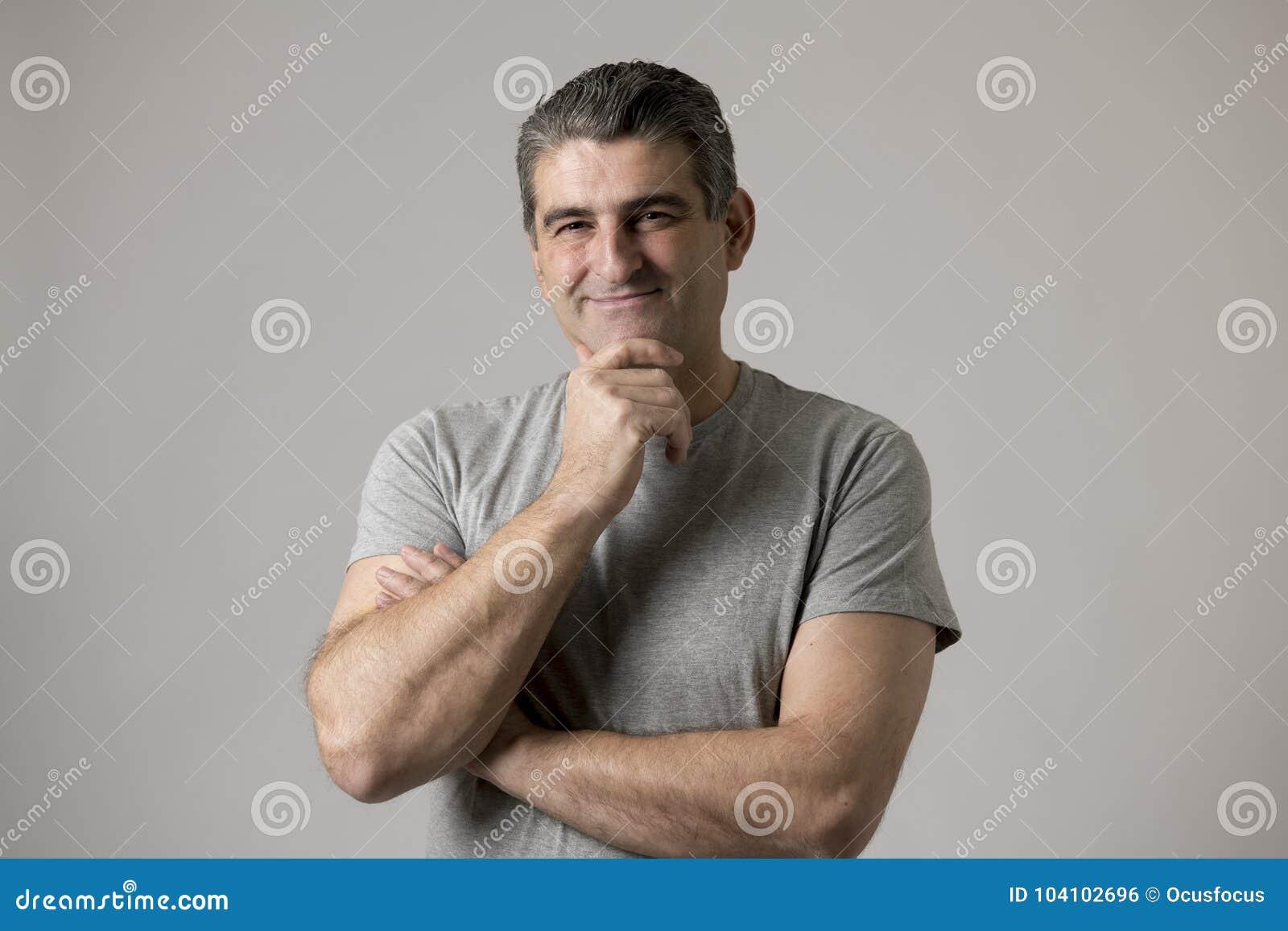 Białego człowieka 40, 50 lat uśmiecha się szczęśliwego seans ładnego i pozytywnego twarzy wyrażenie odizolowywającego na popielat