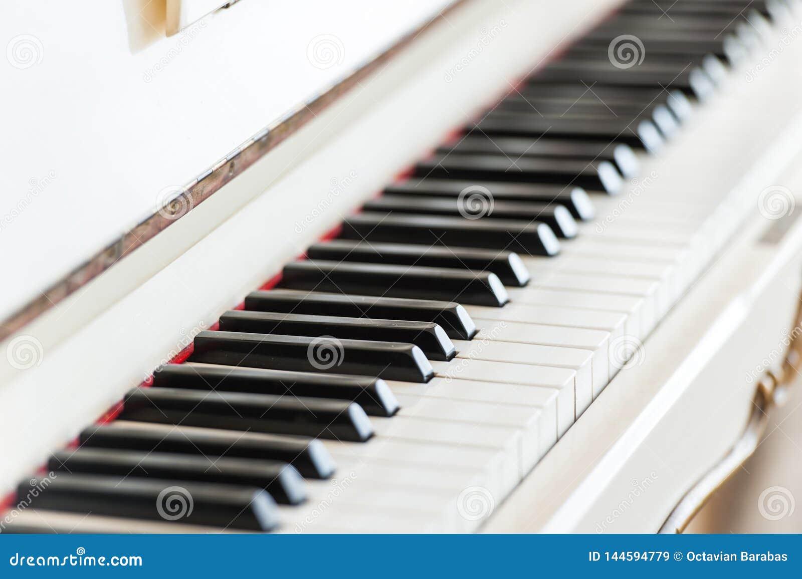 Białego rocznika fortepianowej klawiatury drewniany zbliżenie