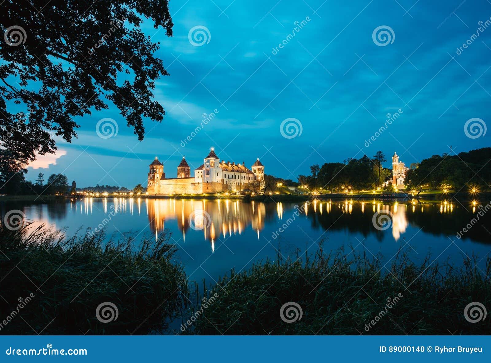 Białoruś Mir kasztelu kompleks W Jaskrawej wieczór iluminaci, łuna