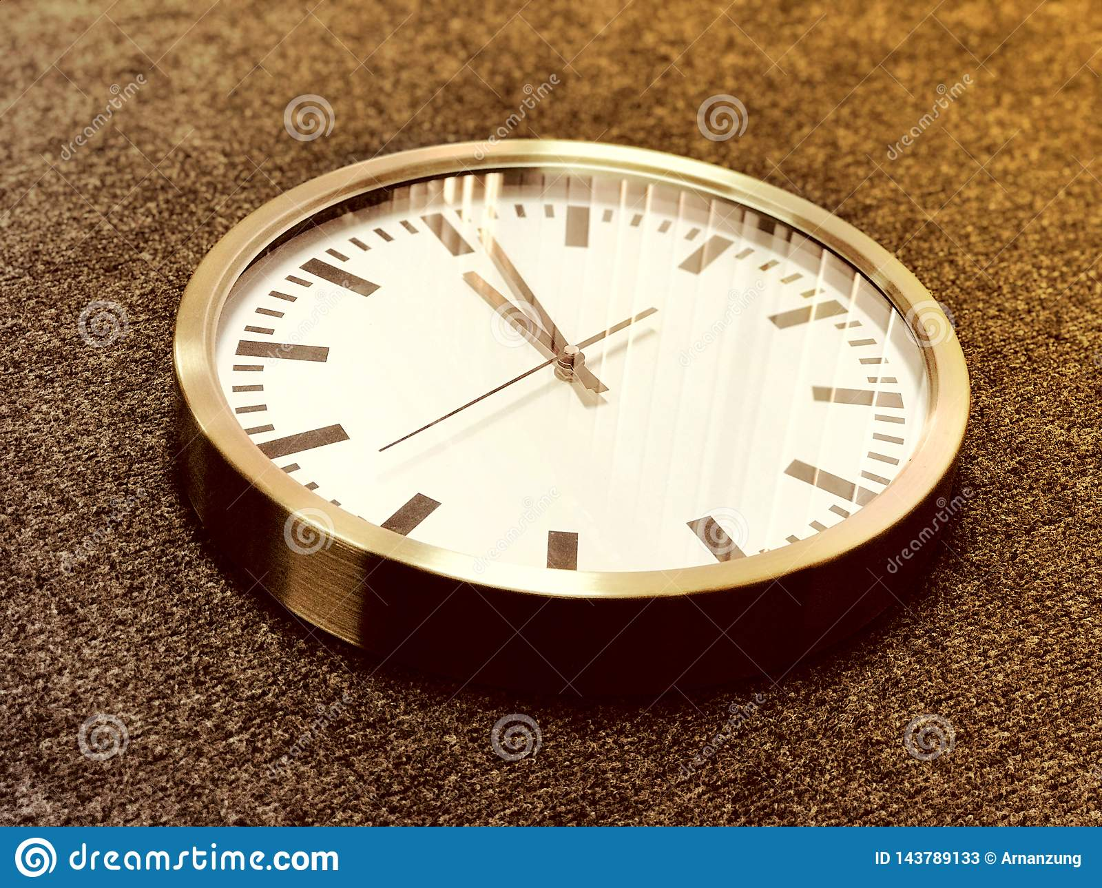 Biały ścienny zegar z srebną krawędzią na szarym tle