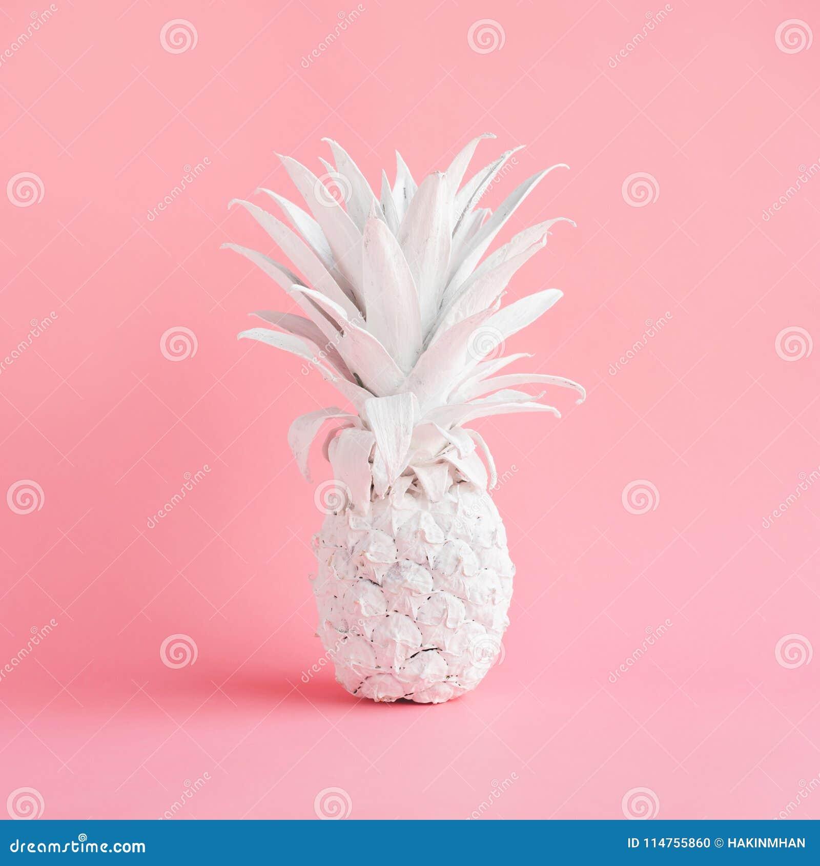 Biały ananas na różowym pastelowego koloru tle