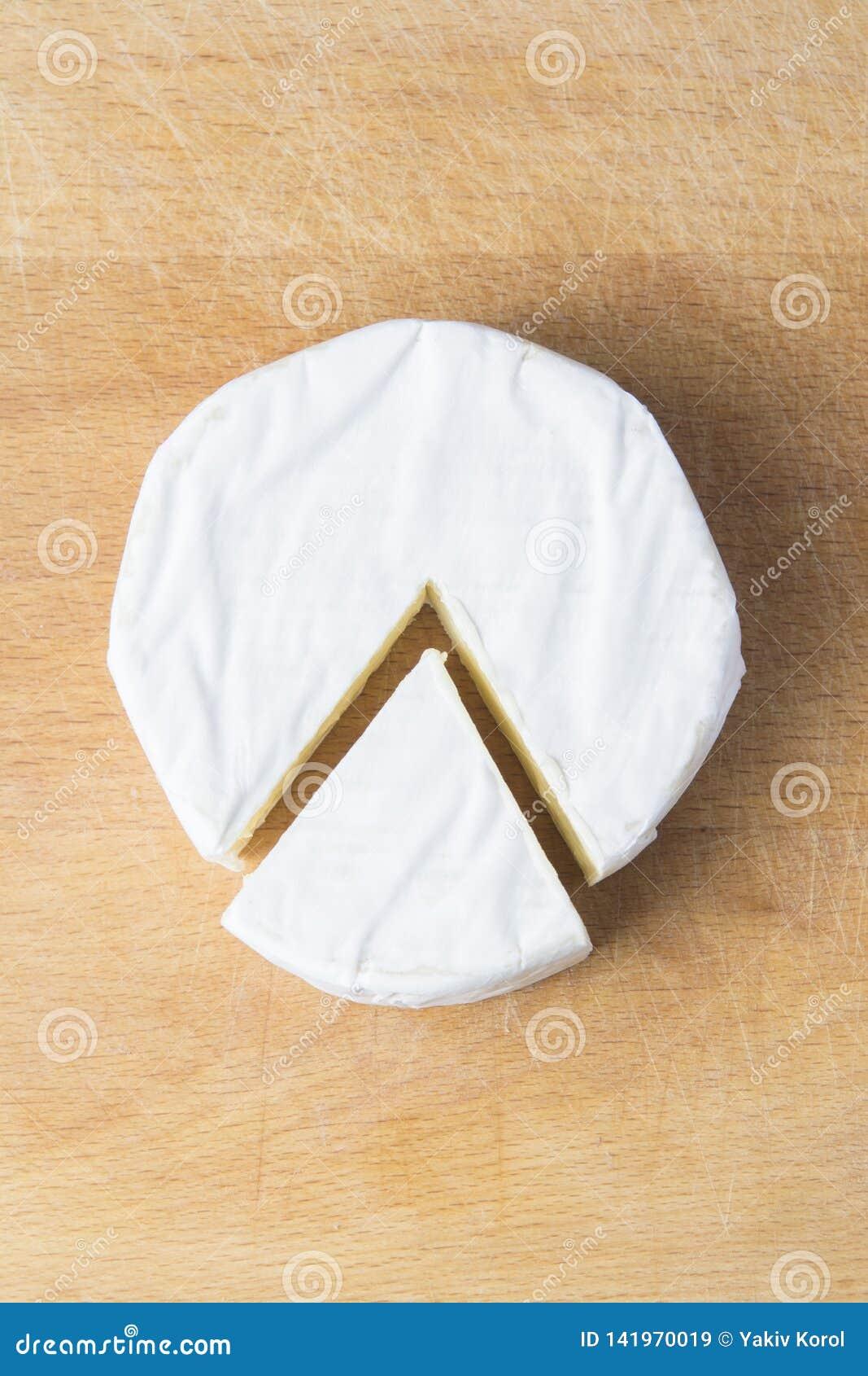 Biały brie ser na kuchennym deskowym odgórnym widoku