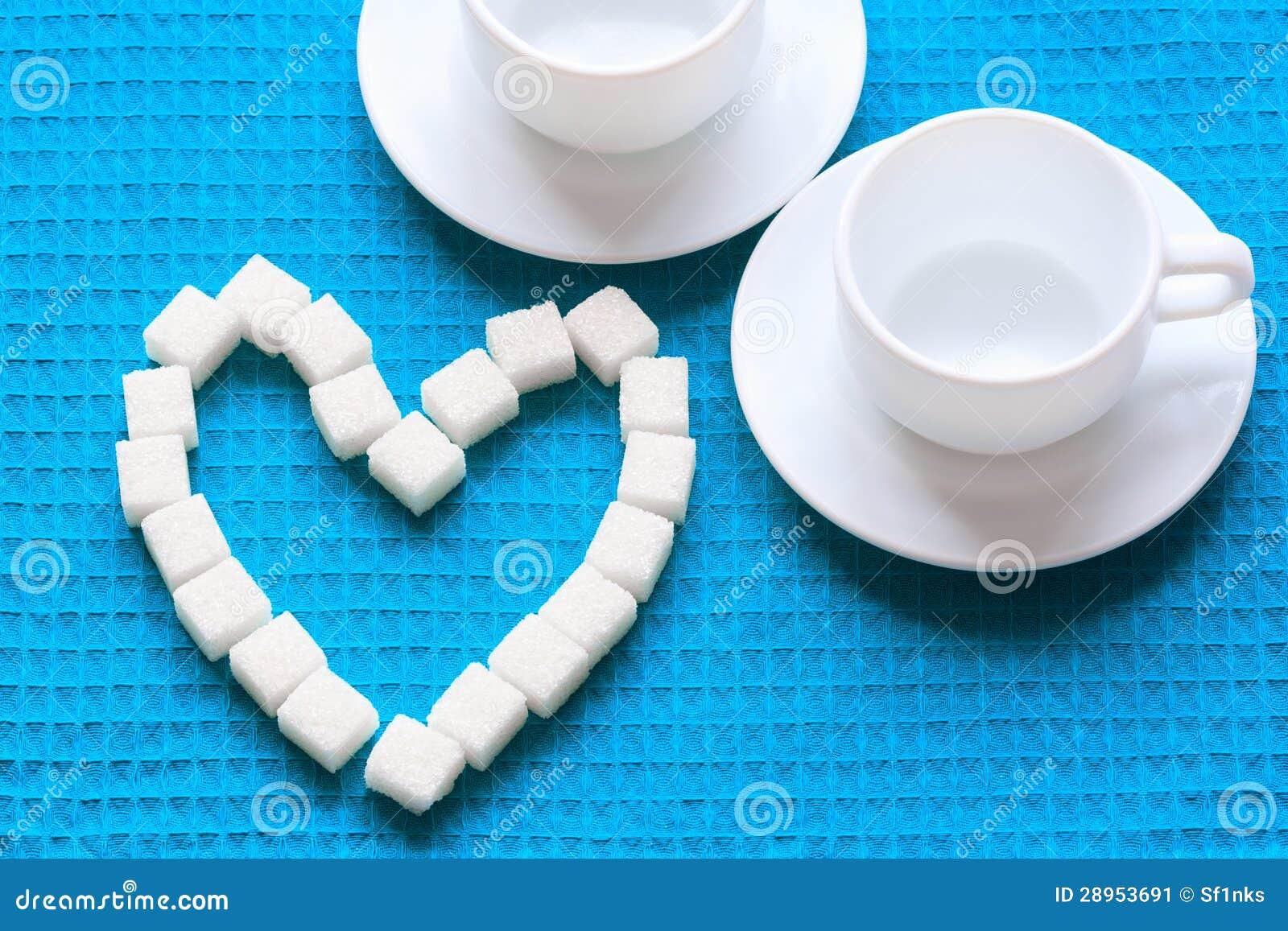 Biały cukier w kierowym kształcie na błękitnej pielusze