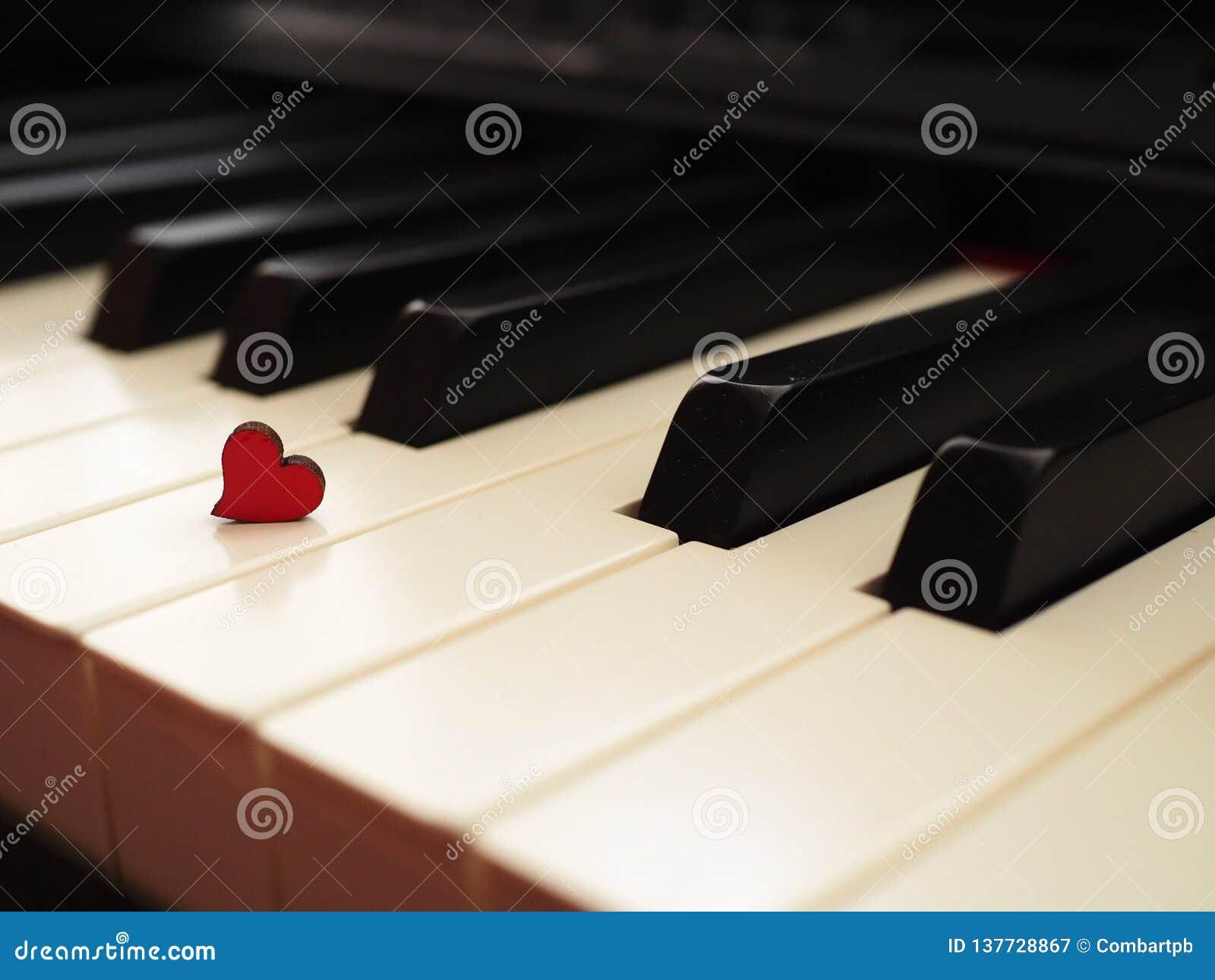 Biały czarny pianino z czerwonym sercem