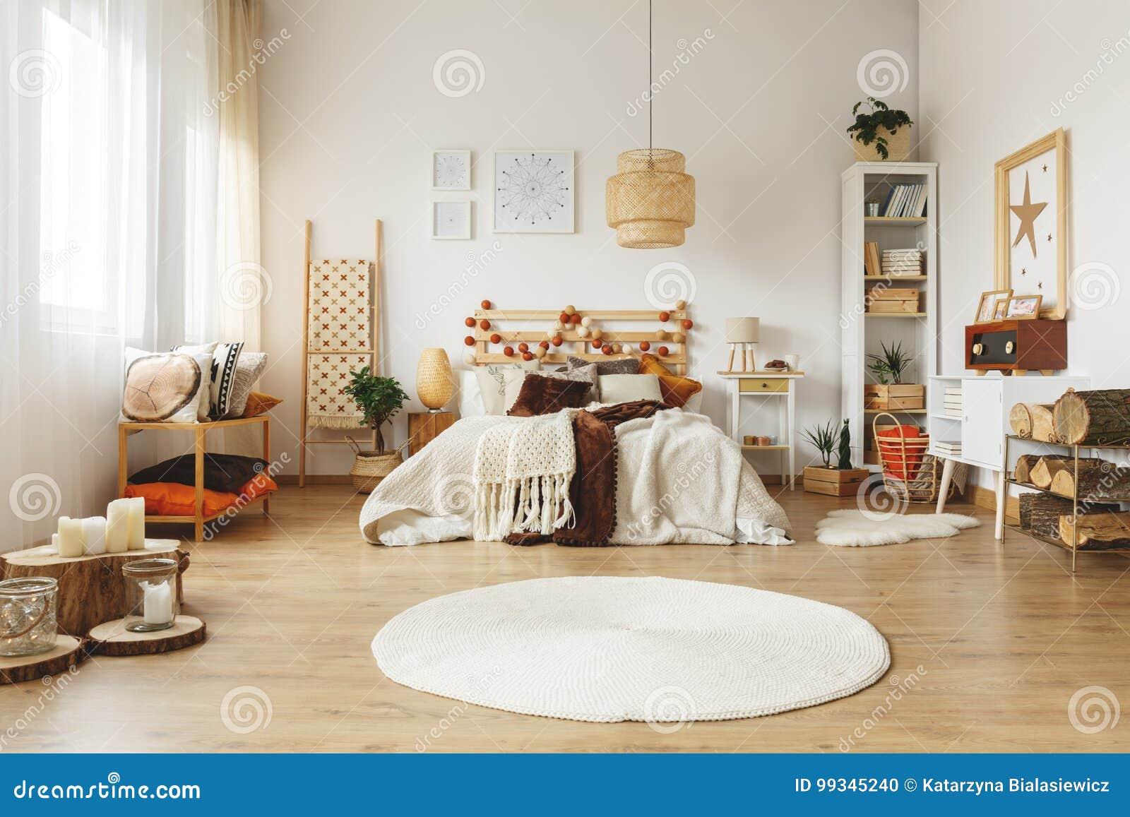 Biały dywanik w sypialni