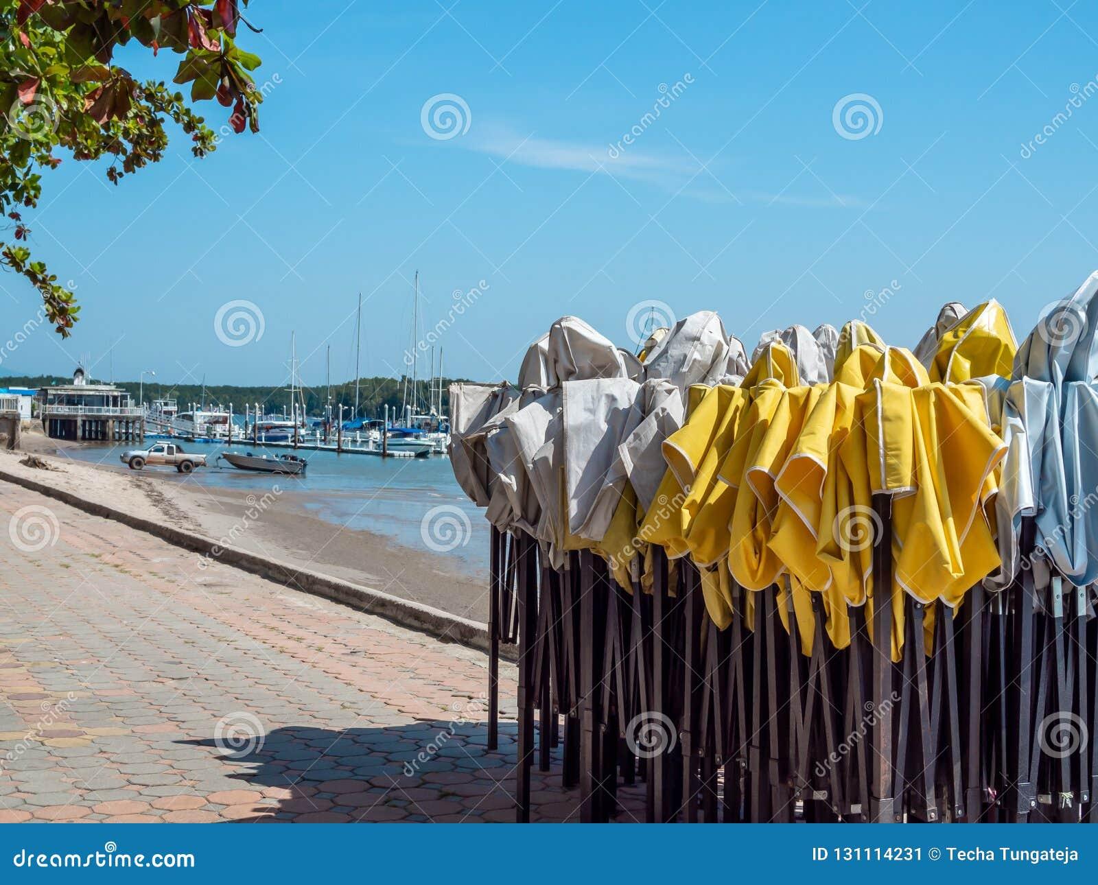 Biały i żółty plenerowy falcowanie namiot