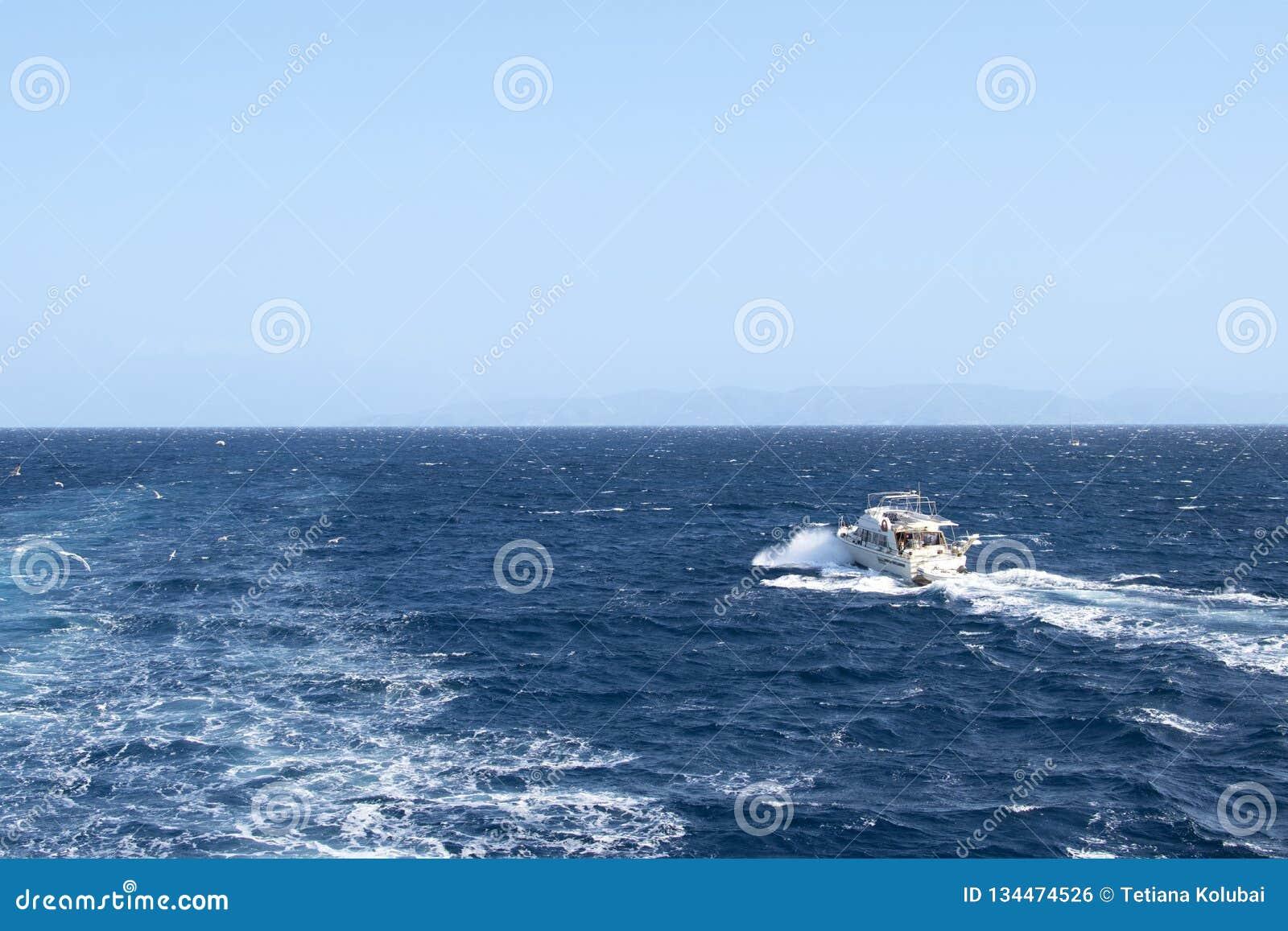 Biały jacht bez żagla żeglowania na falach morze śródziemnomorskie