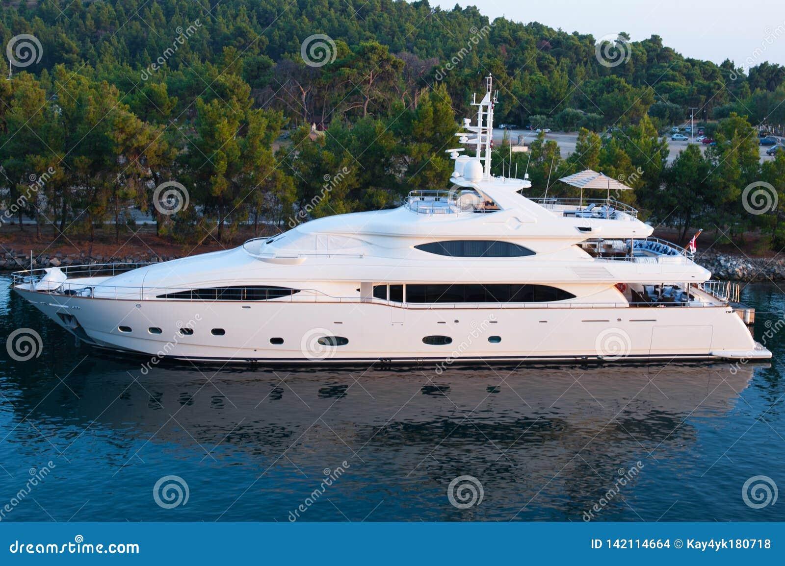 Biały jacht wolno żegluje w zatoce łódź sen
