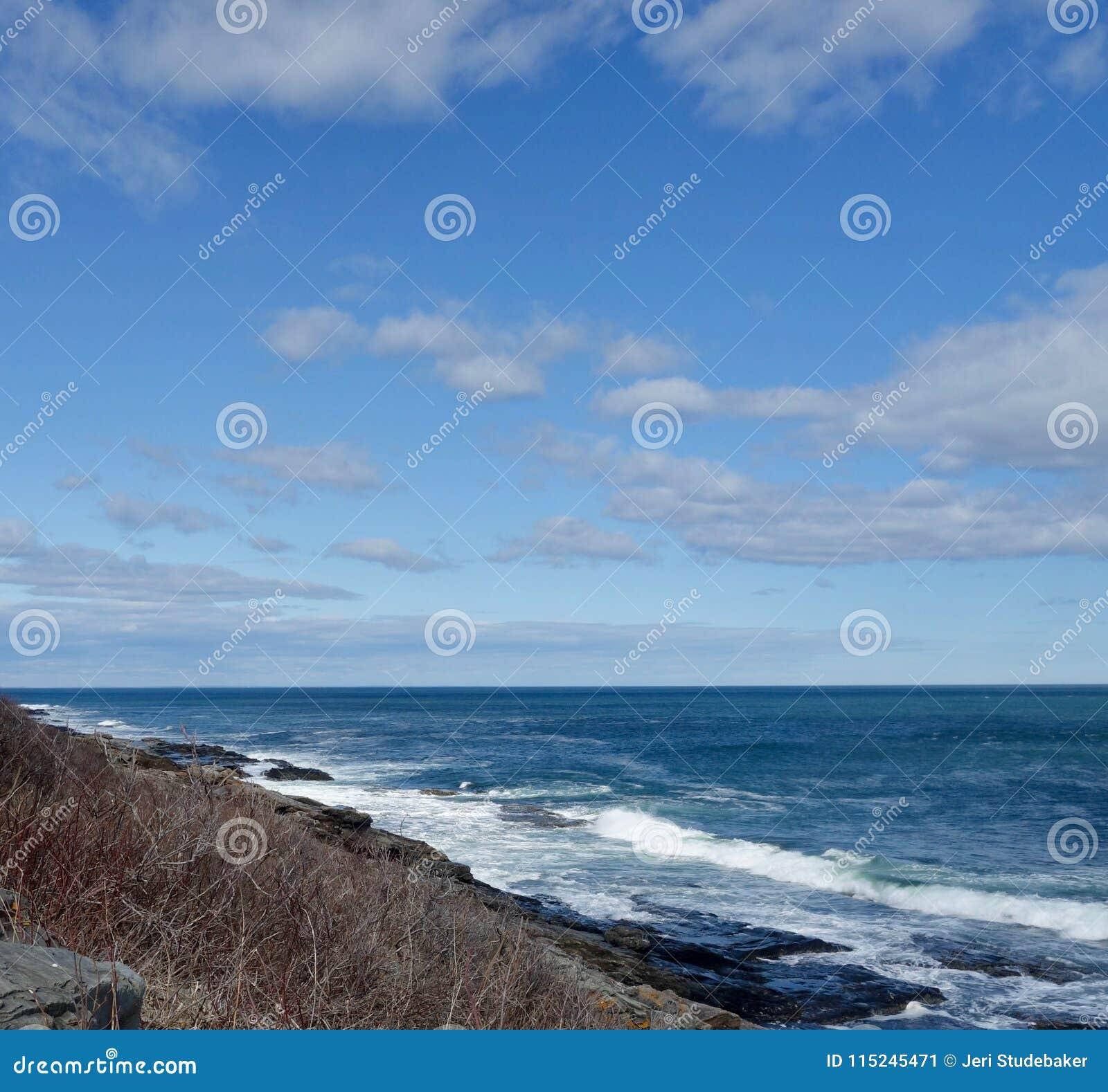 Biały kipieli przybycie wewnątrz na Skalistym Atlantyckim brzeg