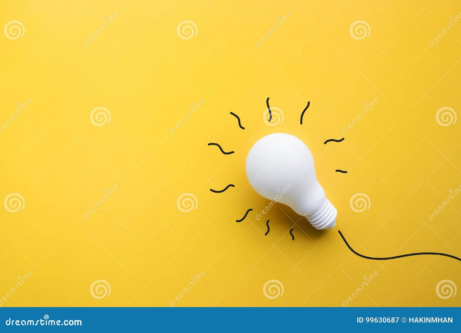 Biały lightbulb na pastelowego koloru tle Pomysł twórczość