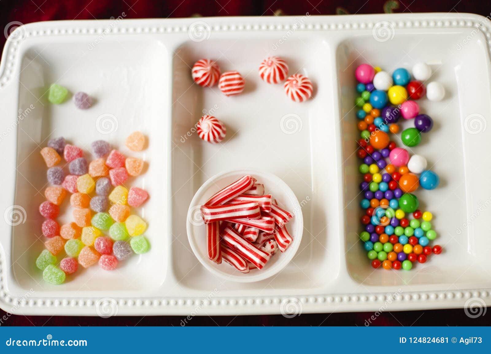 Biały naczynie z Asortowanym Kolorowym Wakacyjnym cukierkiem