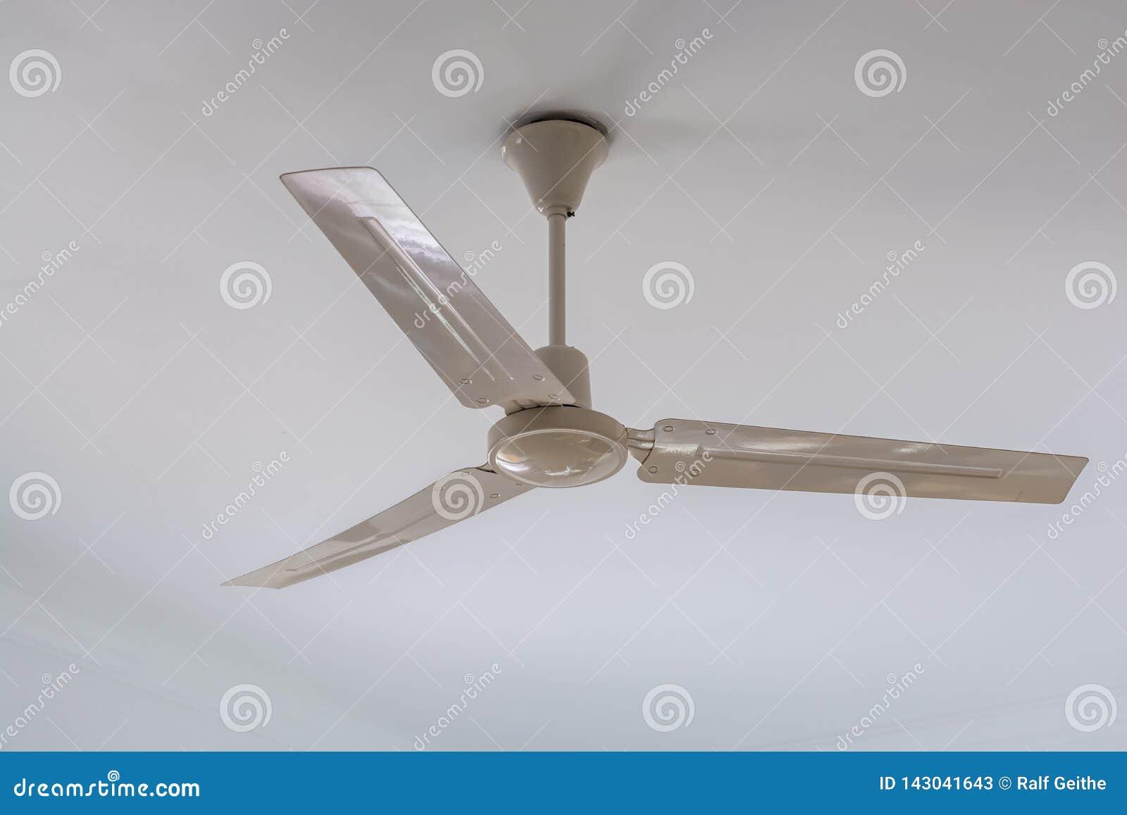 Biały podsufitowy fan na białym suficie