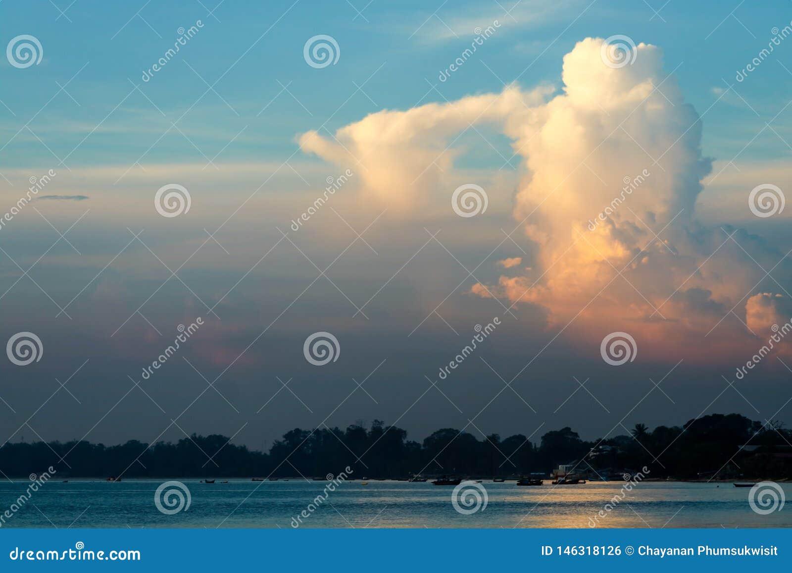 Biały pomarańczowy zmierzch chmury światło słoneczne w niebieskim niebie nad morzem