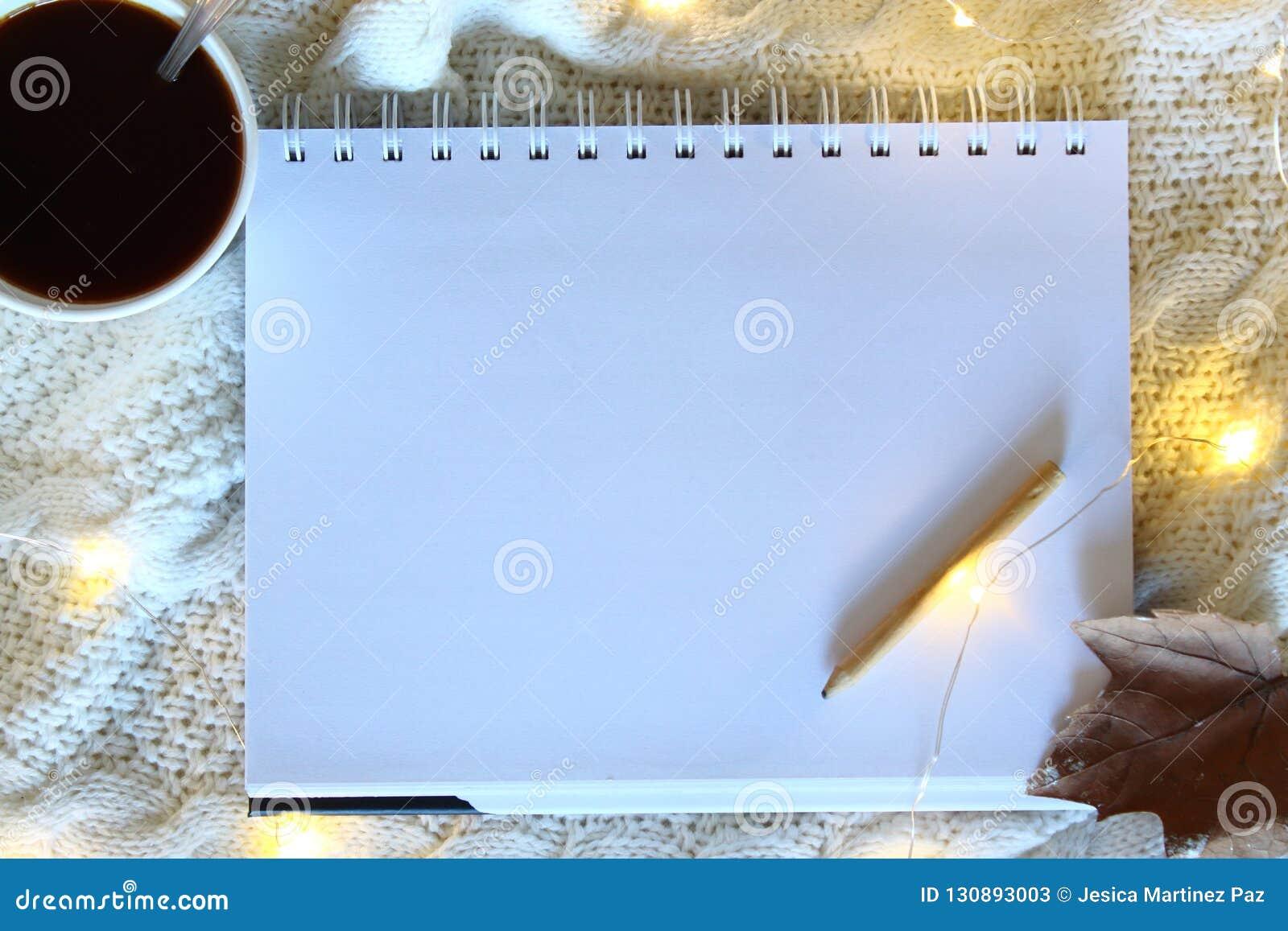 Biały pusty prześcieradło papier na drewnianym stole Pusta Nutowa książka Z Drewnianym ołówkiem na łóżkowym tle