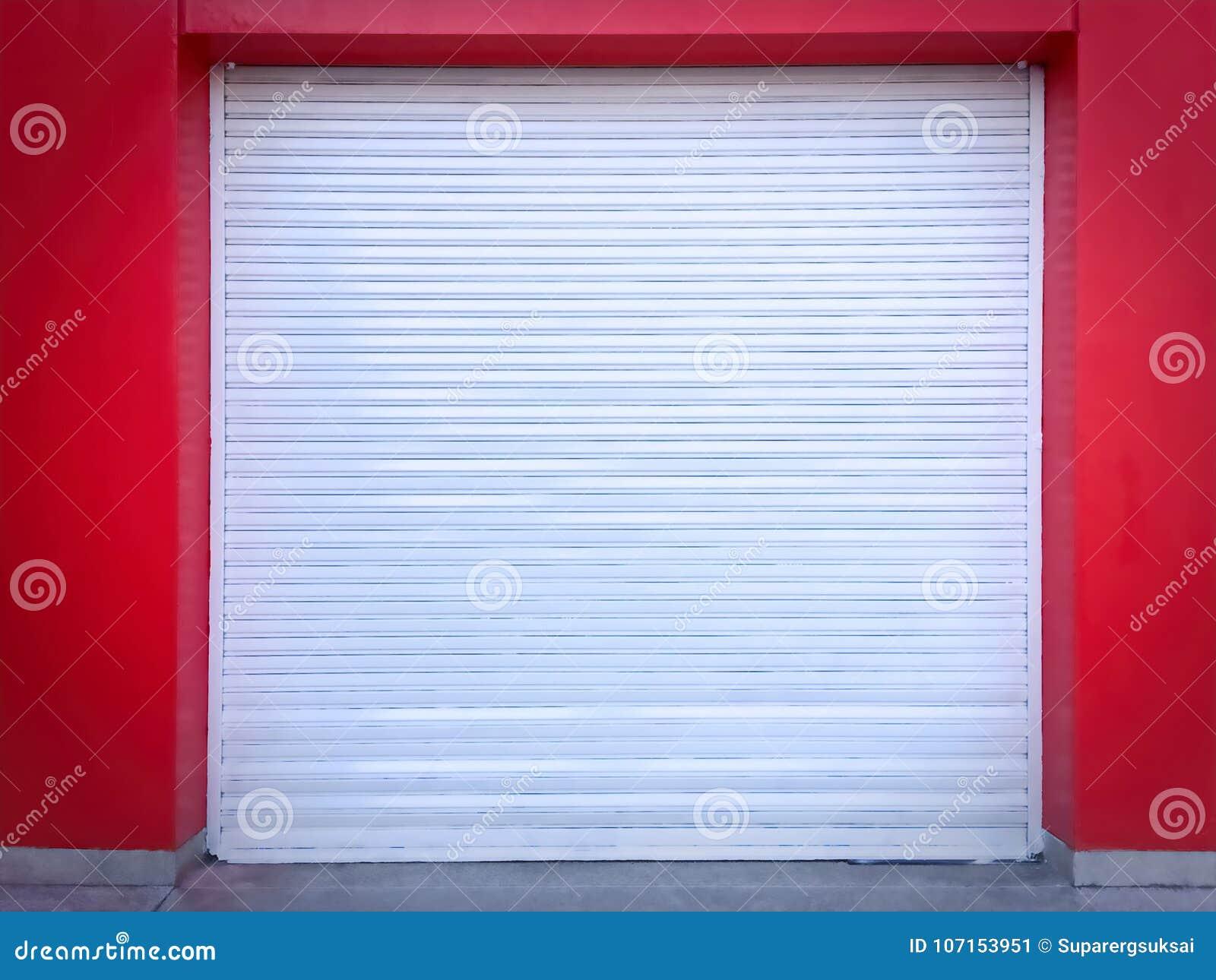 Biały rolki drzwi na rewolucjonistki ścianie garaż